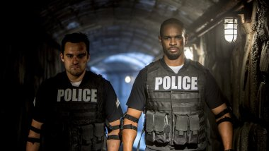 Damon Wayans Jr y Jake Johnson en Vamos de Polis
