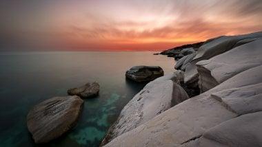 Rocas blancas en la costa