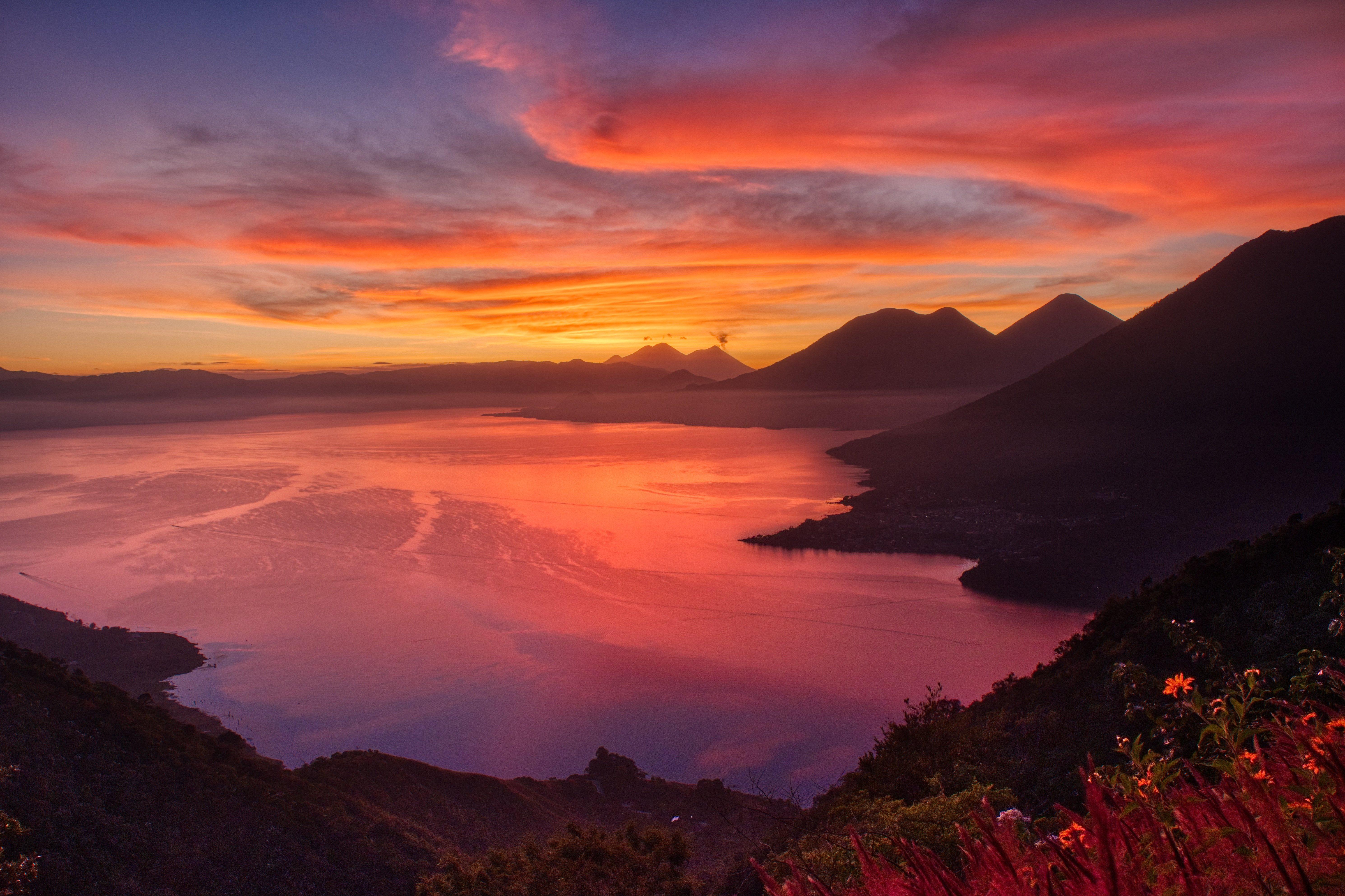 Wallpaper Sunrise at lake beside mountains