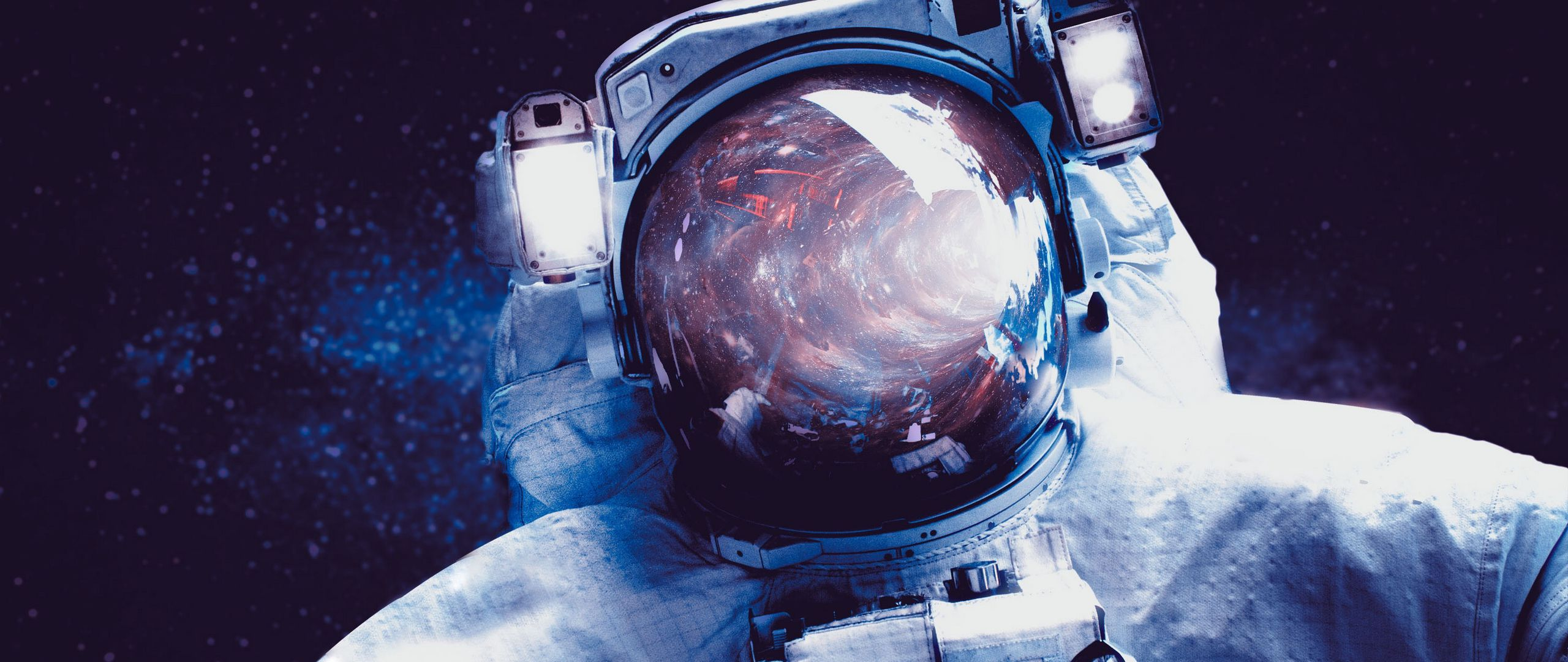 Fondos de pantalla Astronauta con espacio reflejado en casco