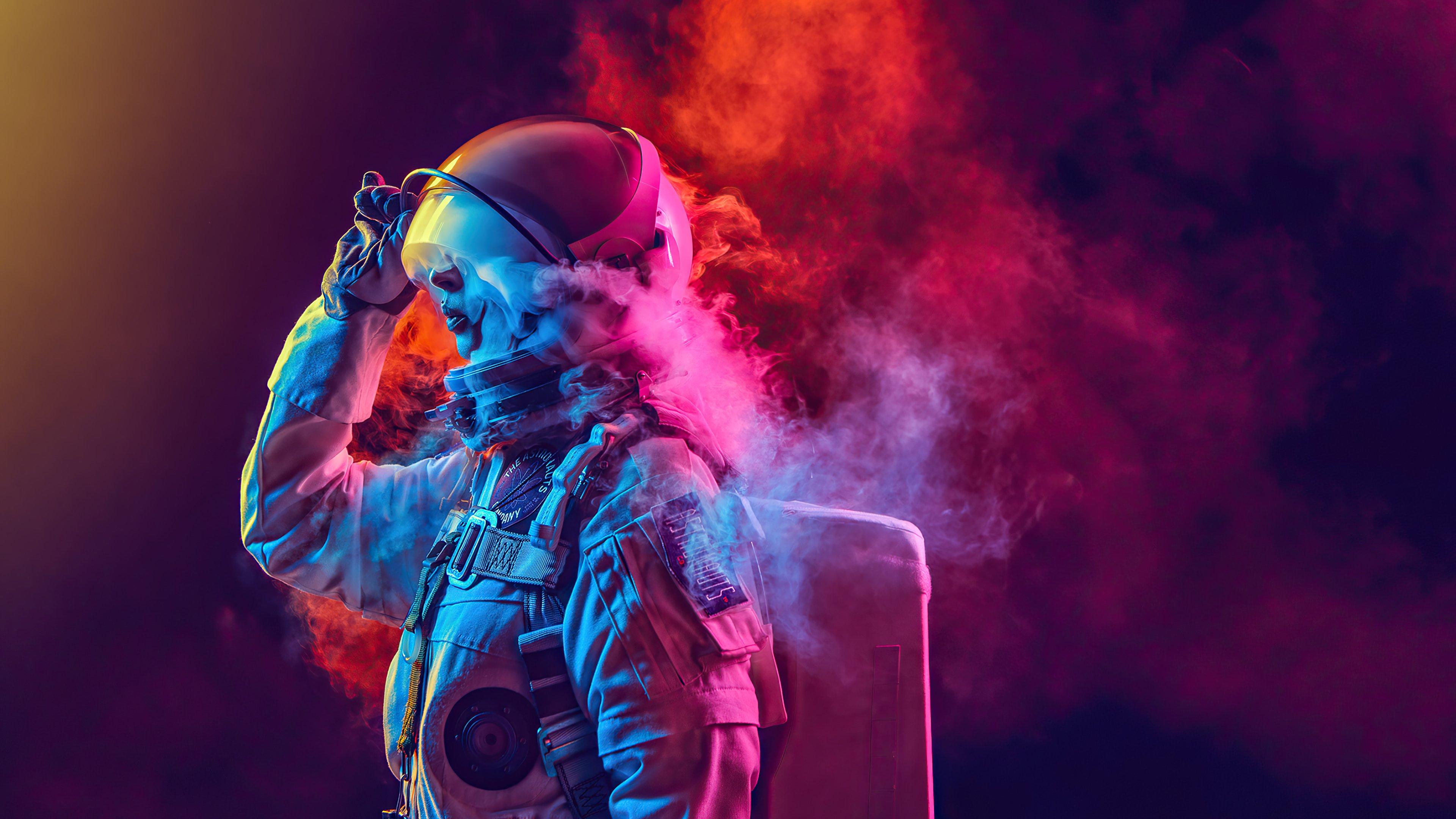Fondos de pantalla Astronauta entre humo de colores