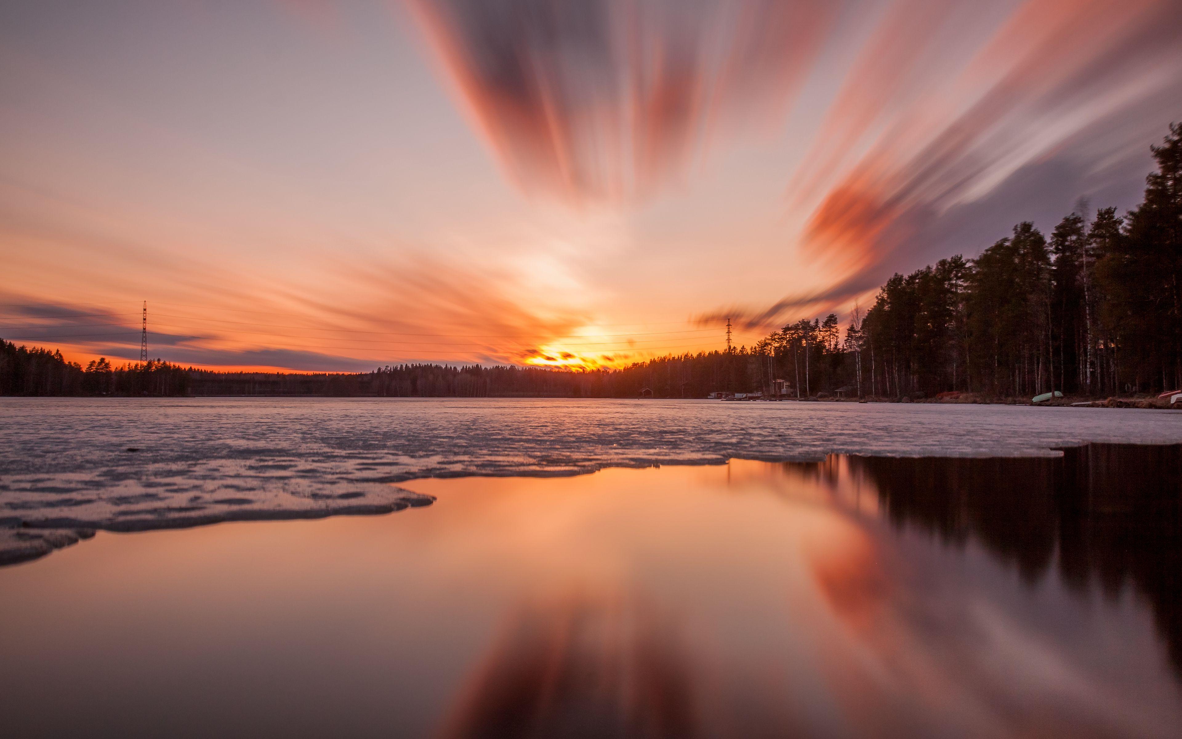Fondos de pantalla Atardecer en lago con bosque