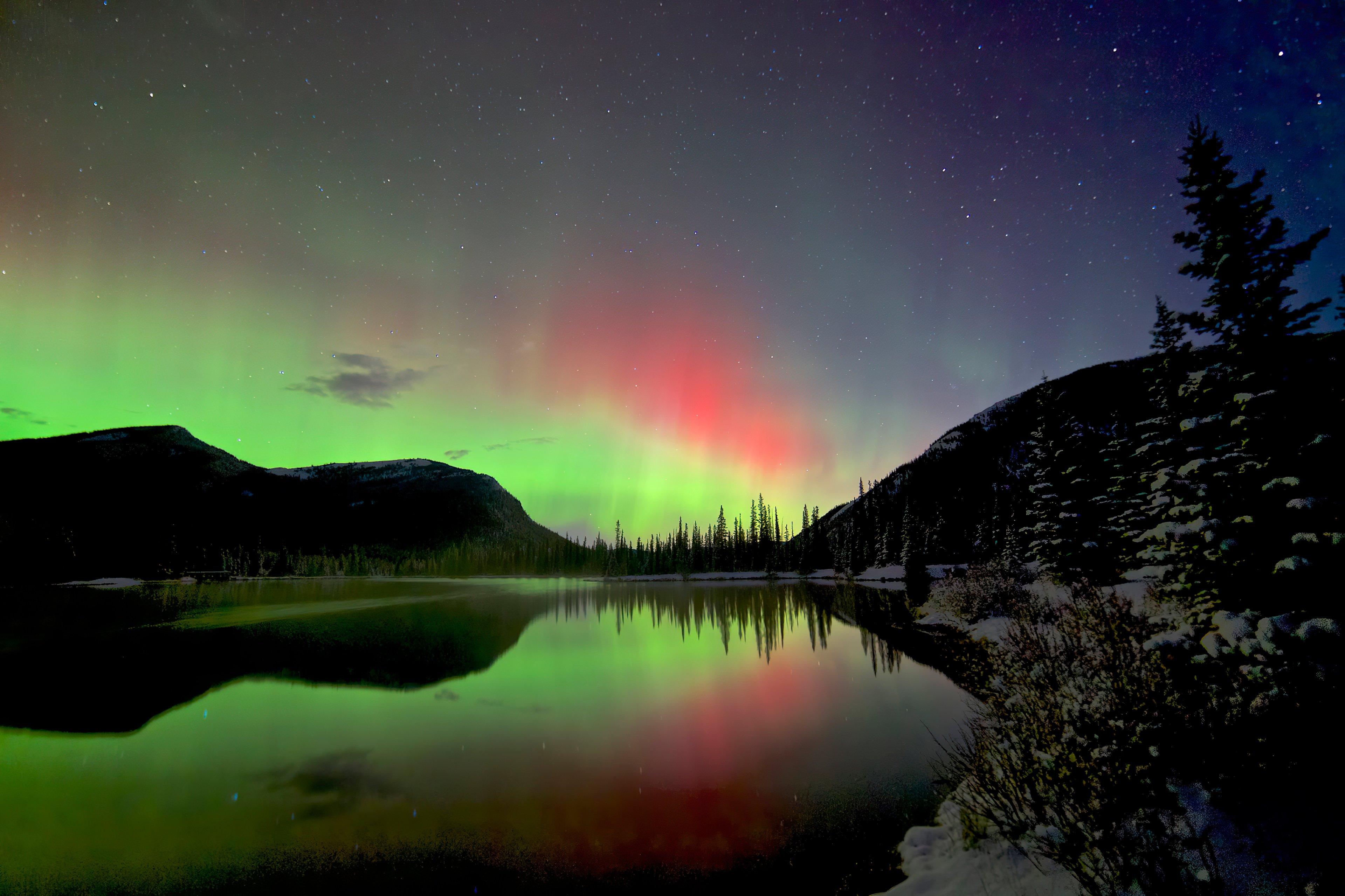 Fondos de pantalla Aurora polar detras de montañas y lago