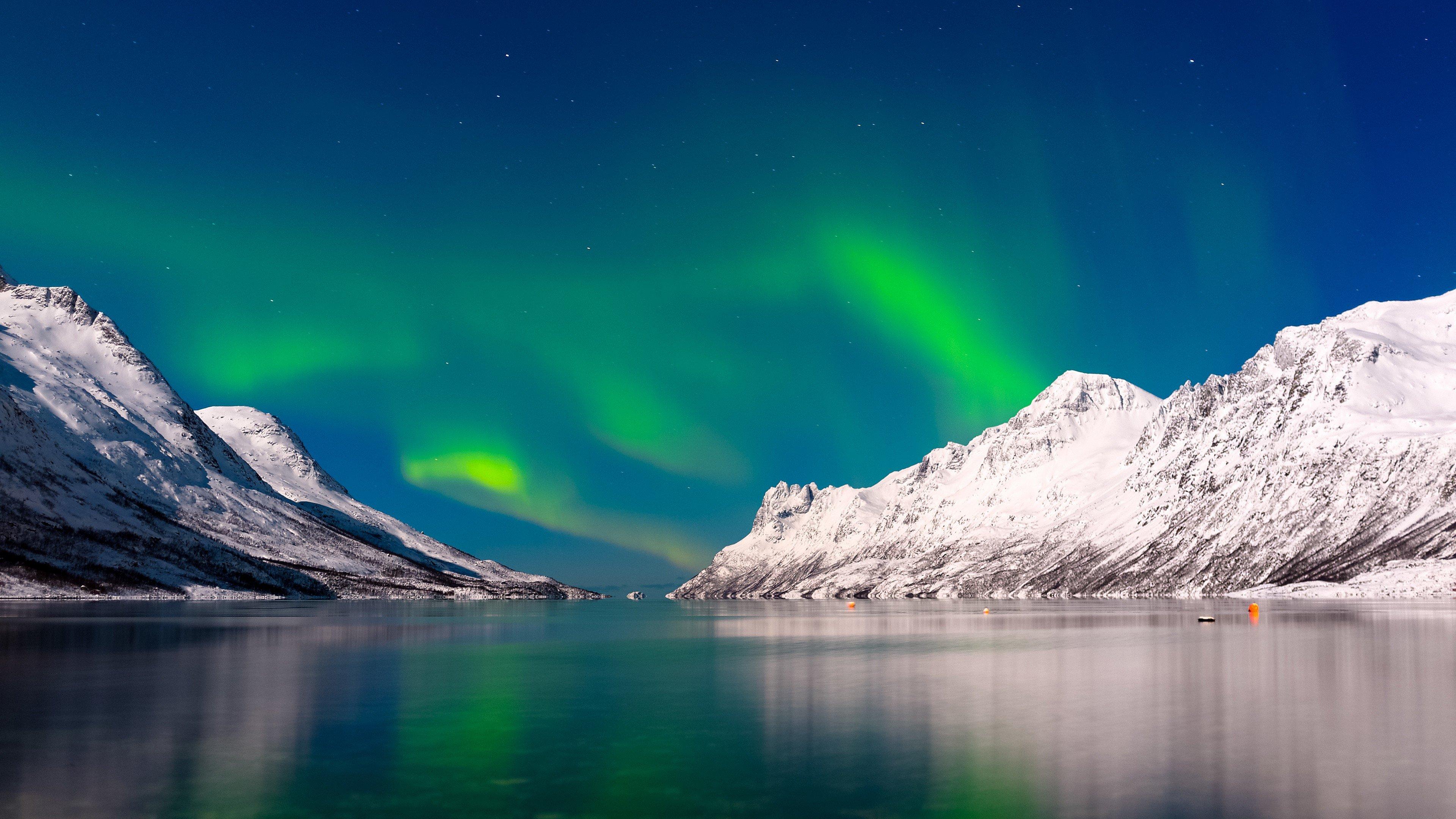 Fondos de pantalla Aurora polar en lago y montañas