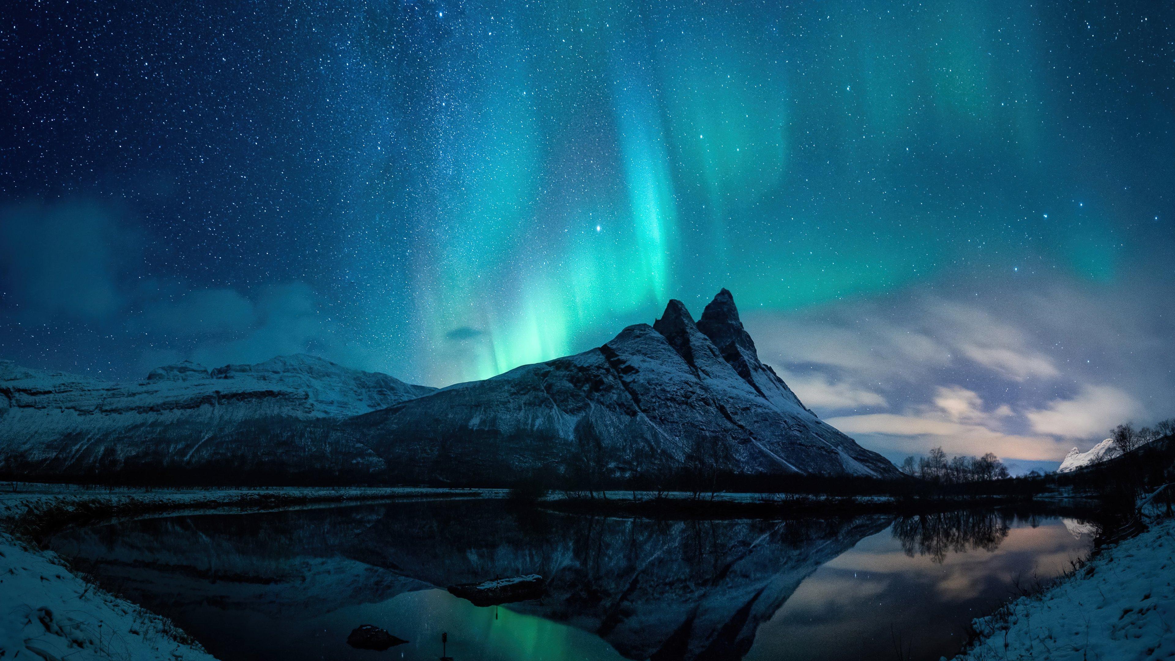 Wallpaper Aurora Borealis in the mountains
