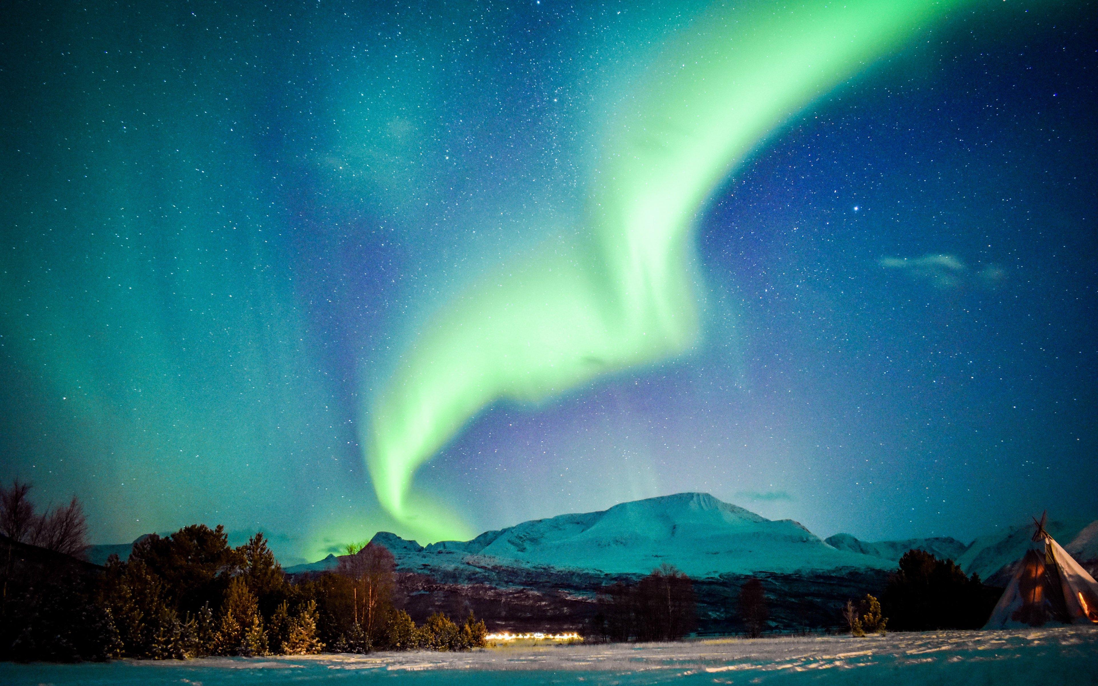 Fondos de pantalla Aurora polar en montañas