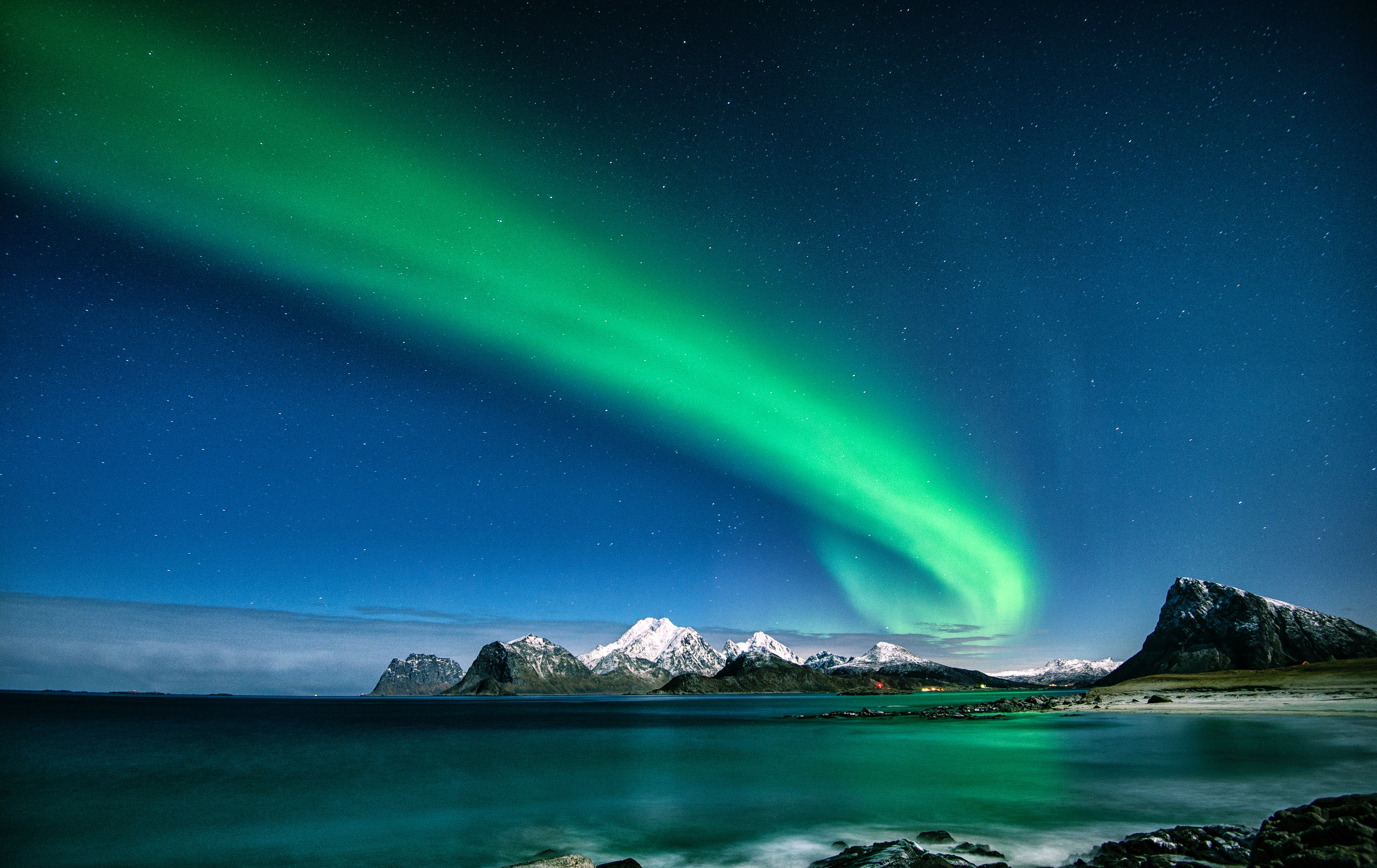 Wallpaper Northern lights in mountains and lake