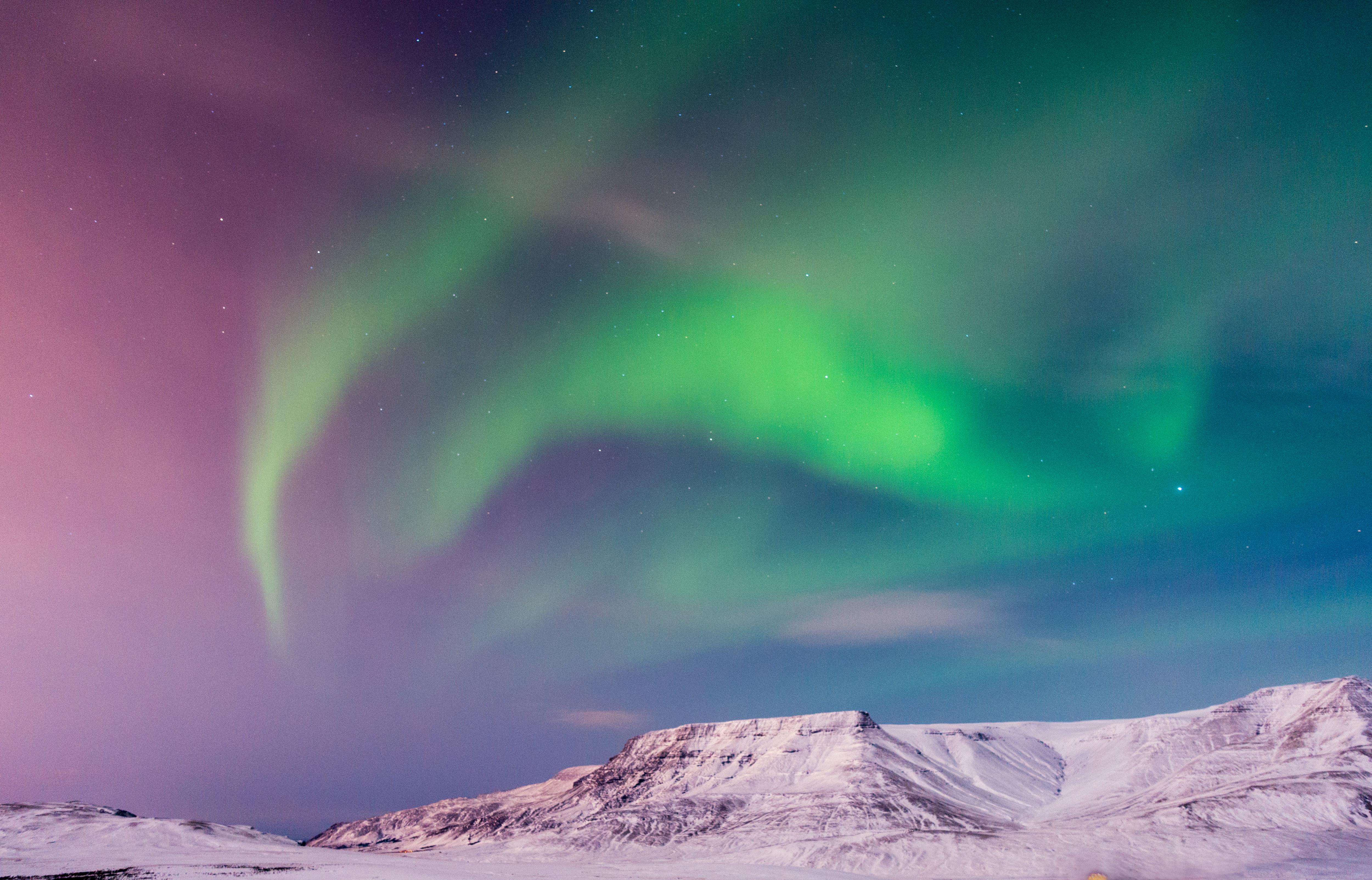 Fondos de pantalla Aurora polar rosa y verde en Islandia