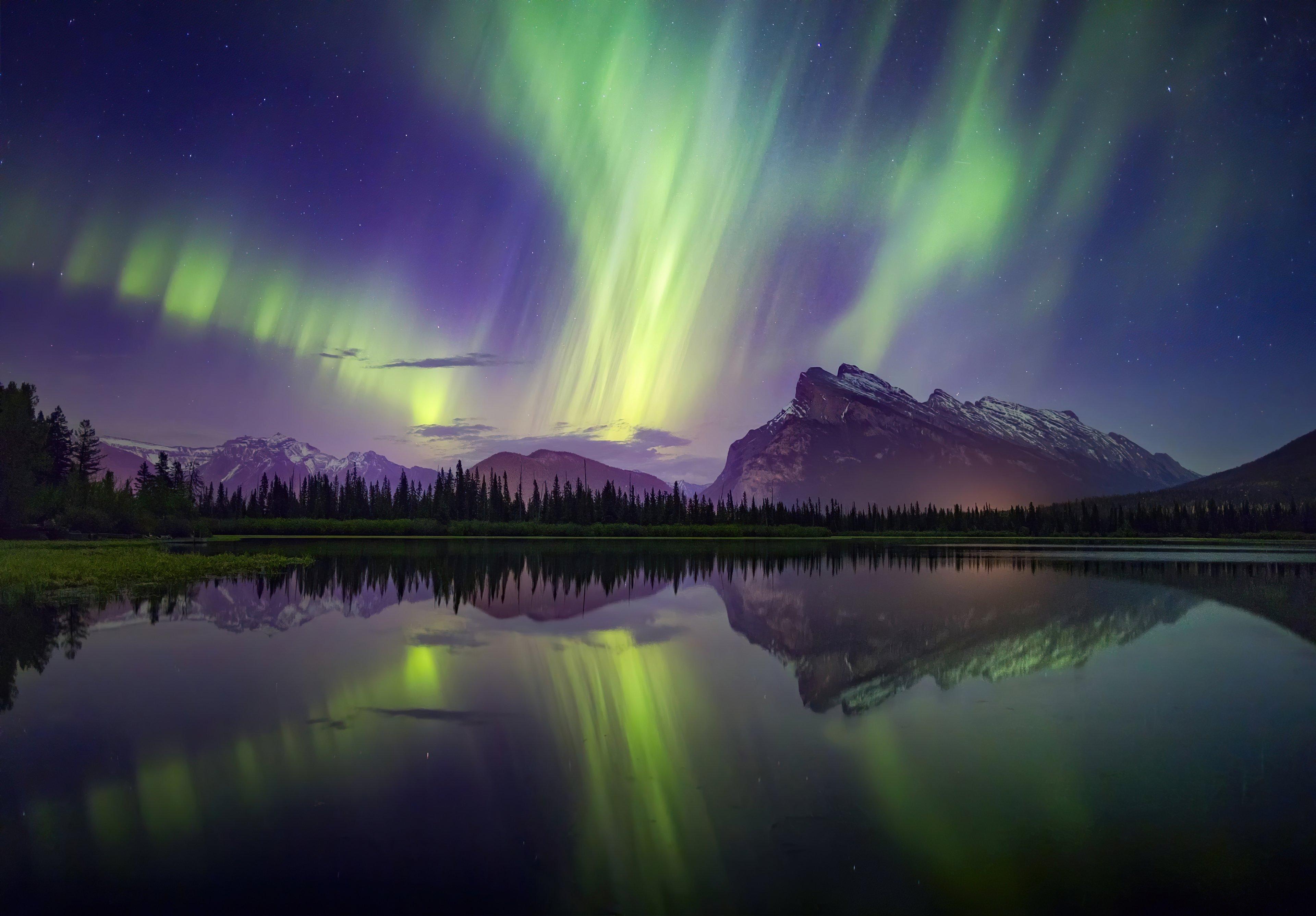 Fondos de pantalla Auroras Polares en bosque junto a lago y montañas