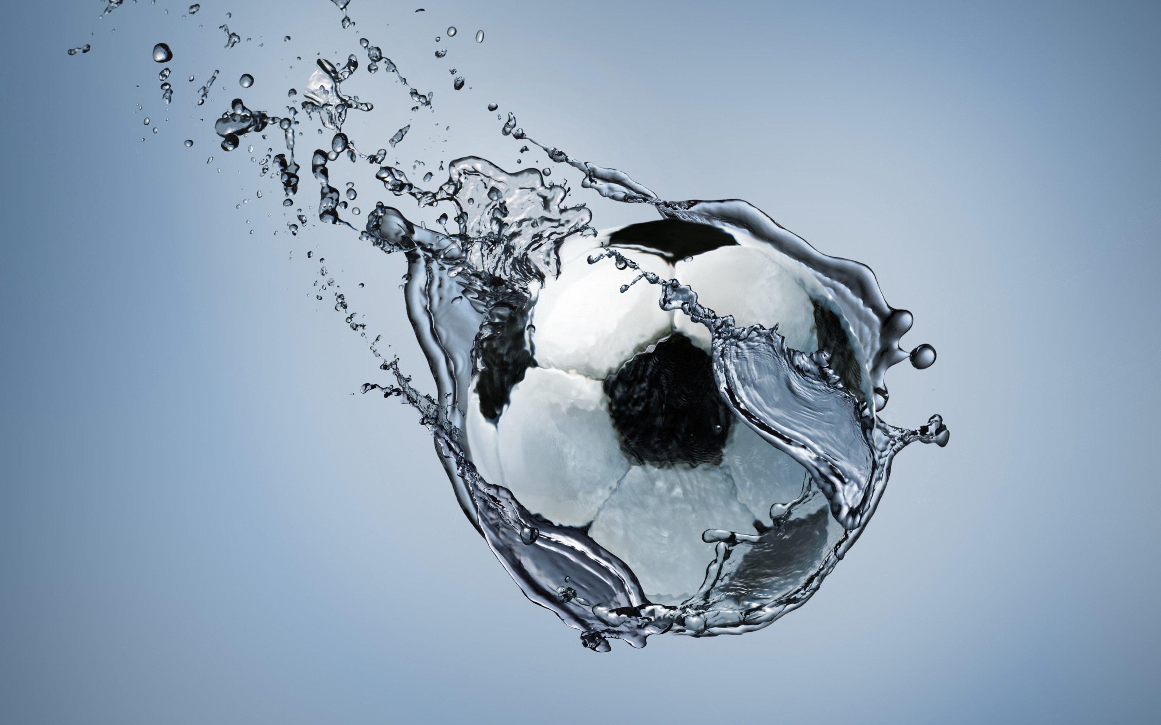 Fondos de pantalla Balón de fútbol atravesando agua