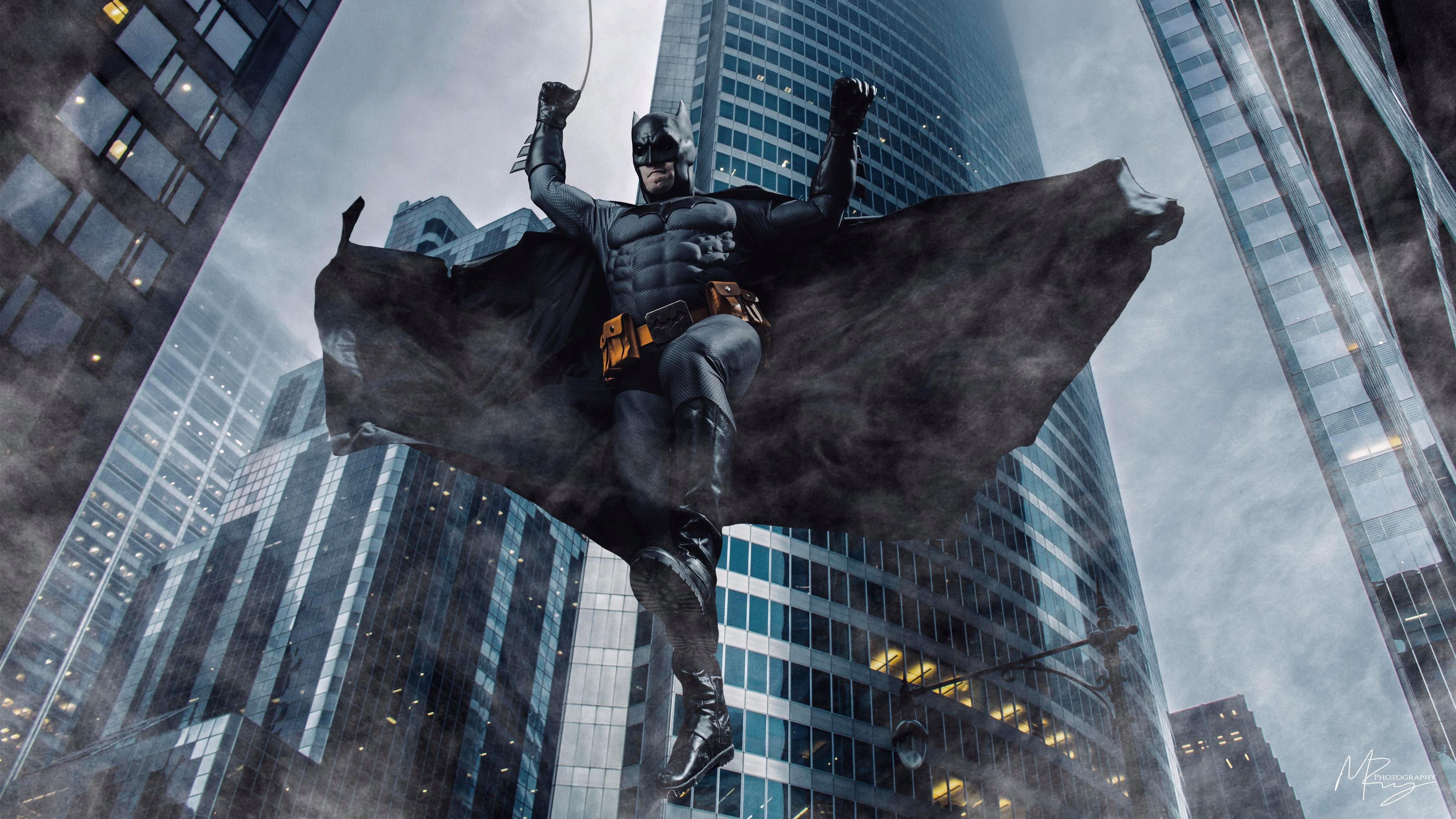 Wallpaper Batman falling of buildings