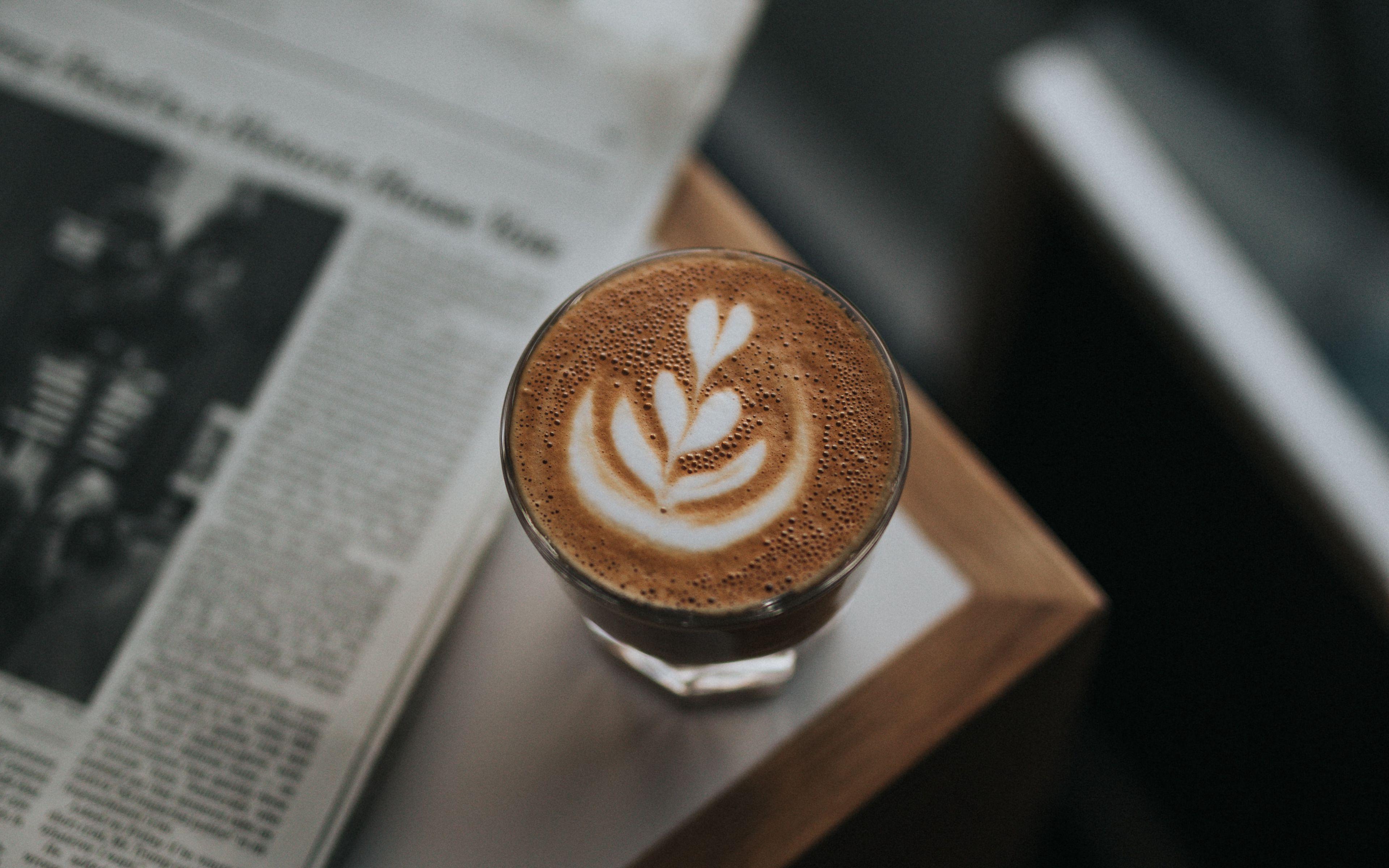 Fondos de pantalla Café junto a periodico