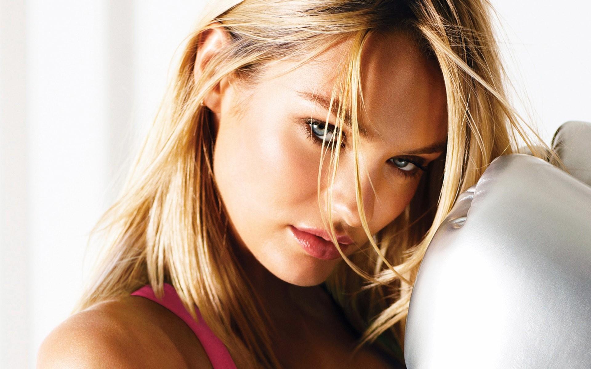 Fondos de pantalla Candice Swanepoel en una almoada