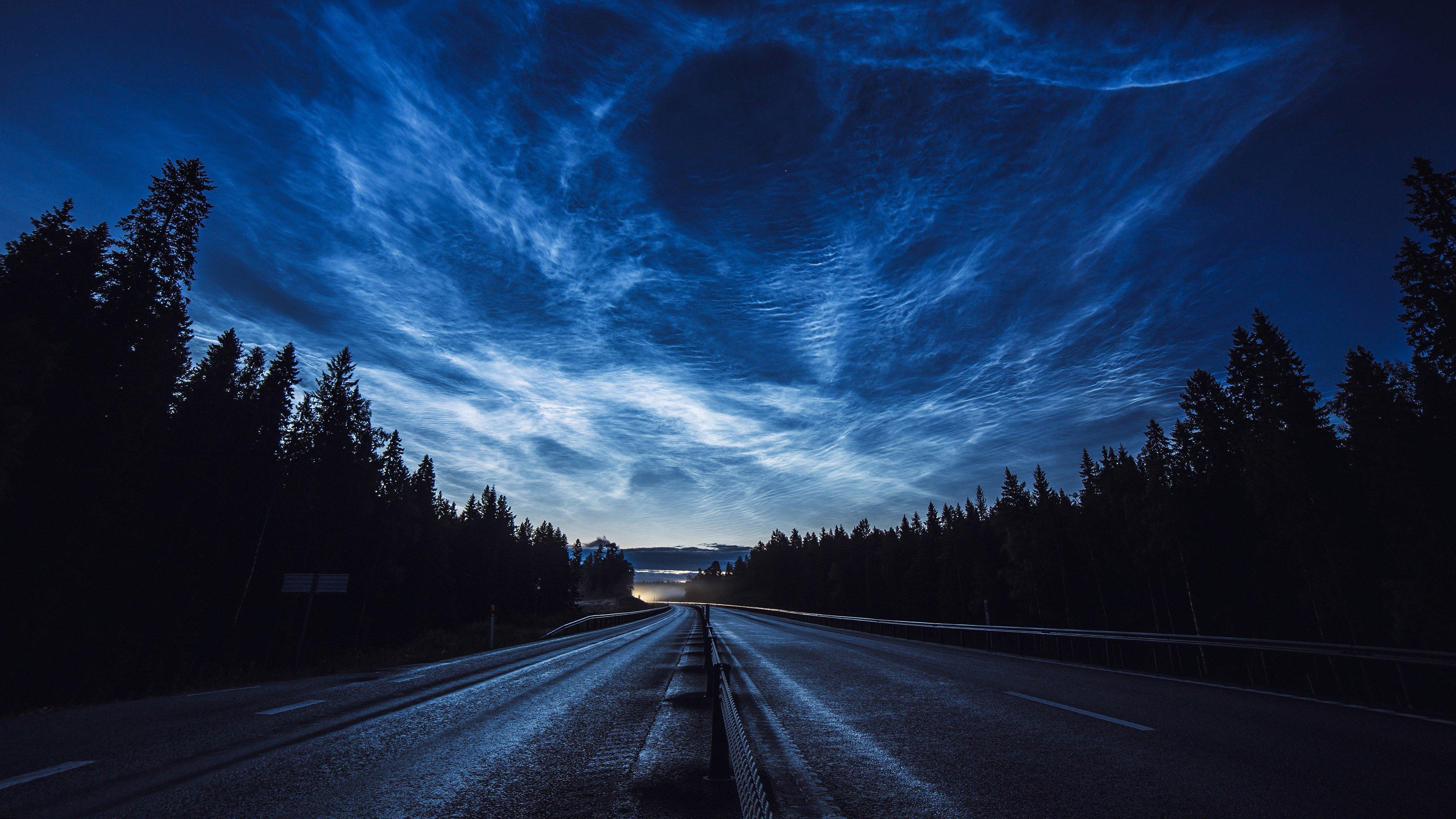 Fondos de pantalla Carretera de anochecer nubes y bosque