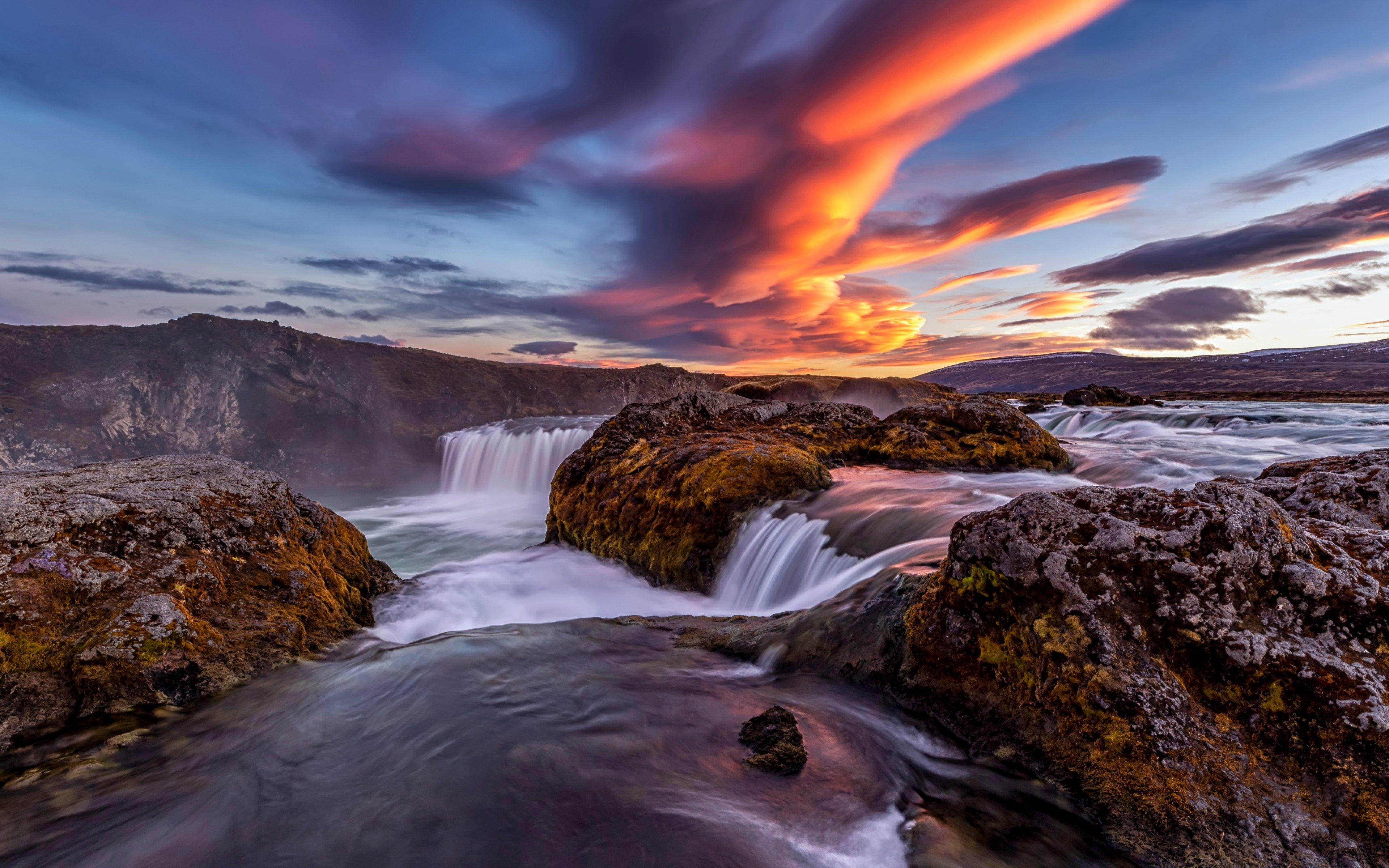 Fondos de pantalla Cascadas en río en Islandia al atardecer