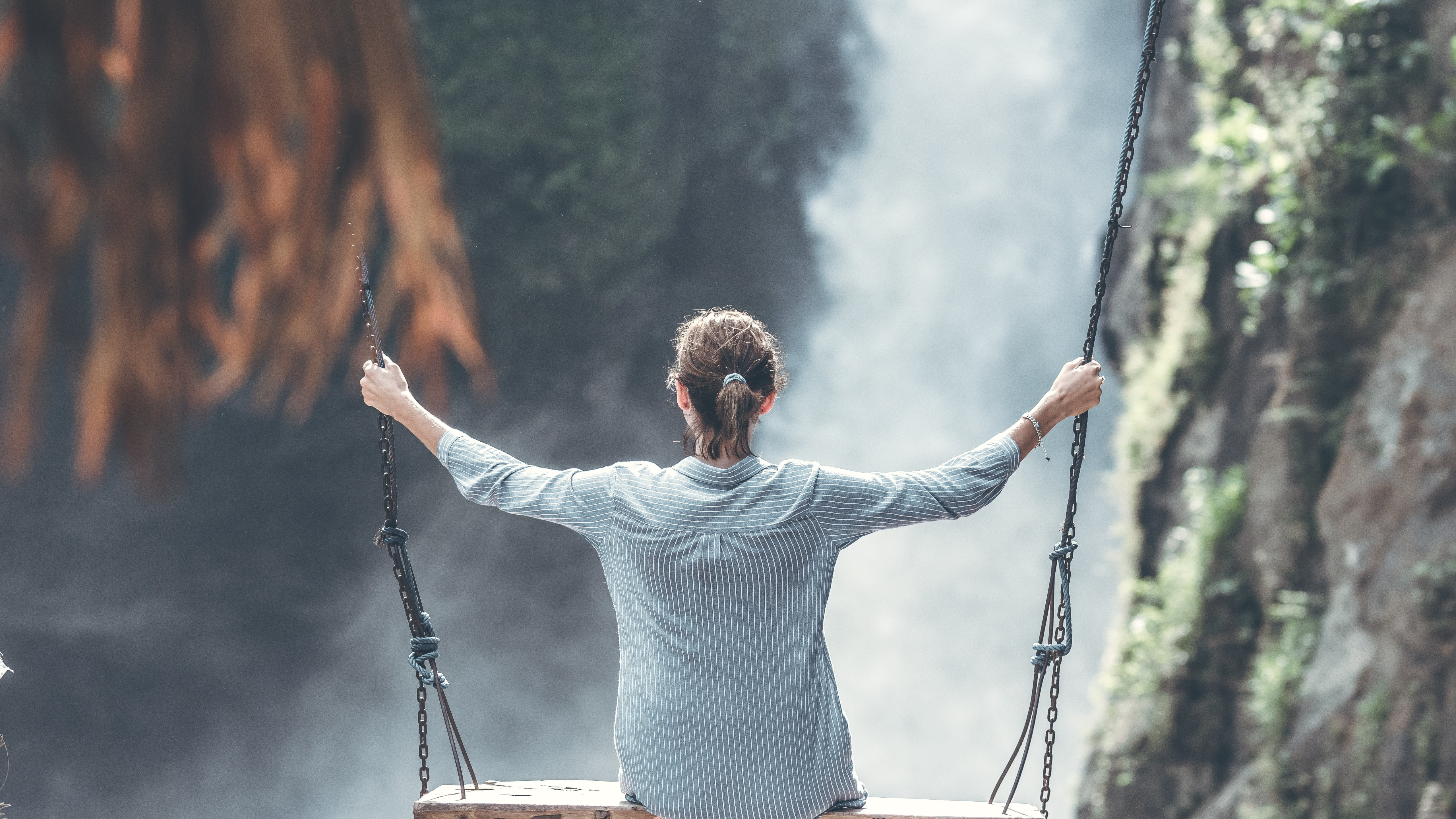 Fondos de pantalla Chica en columpio cerca de una cascada