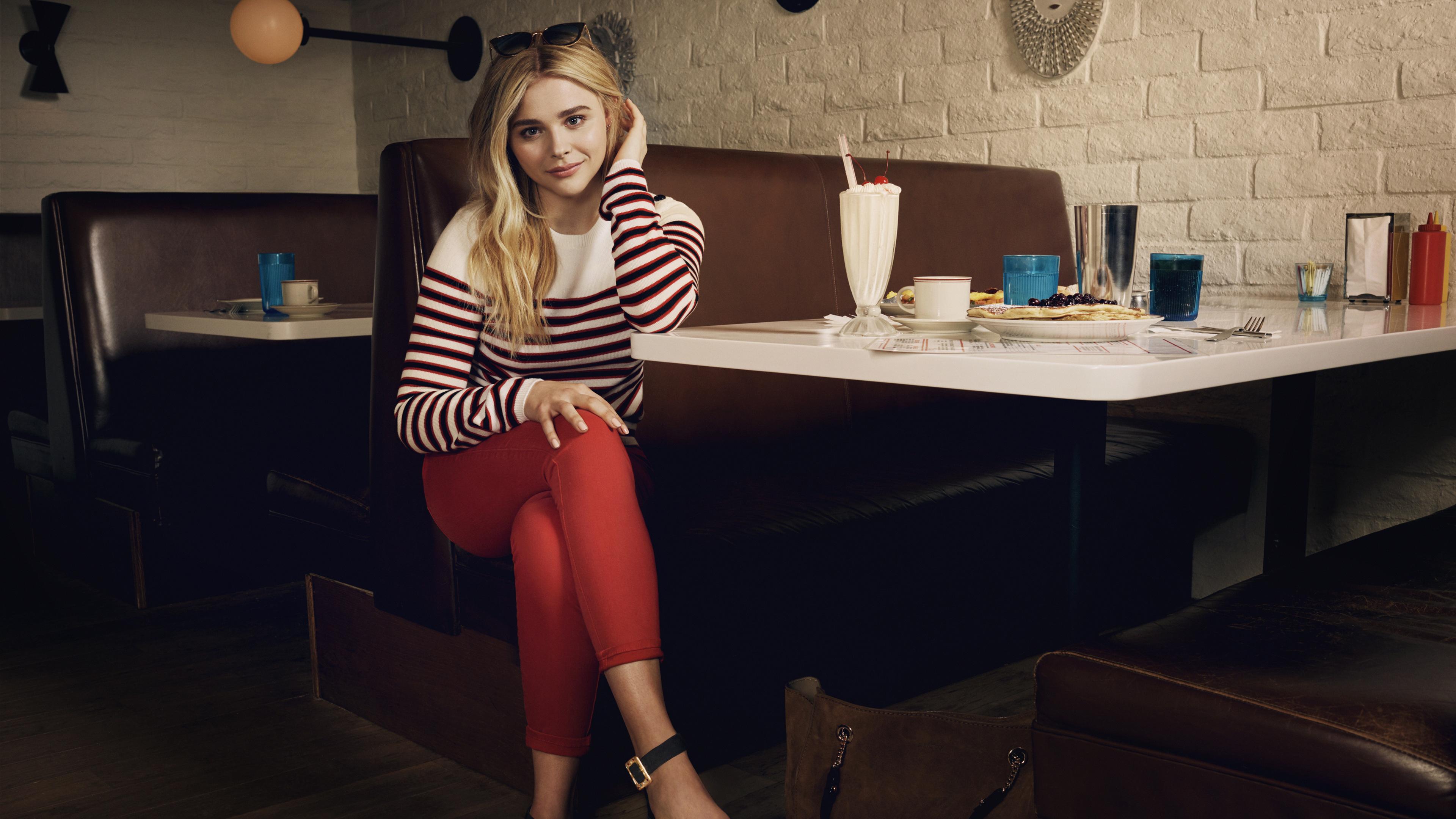 Fondos de pantalla Chloe Moretz en un restaurant