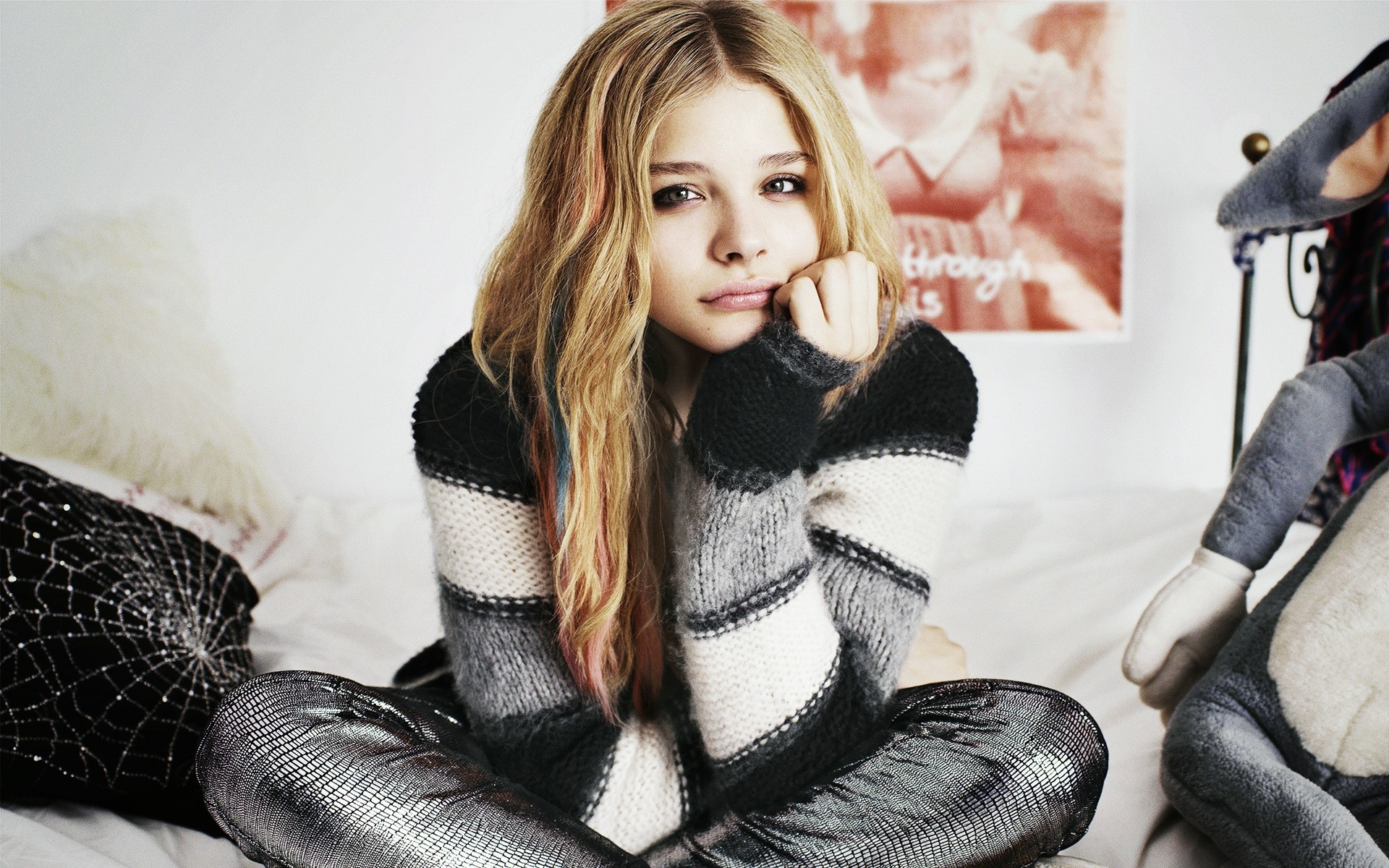 Wallpaper Chloe Moretz in a room