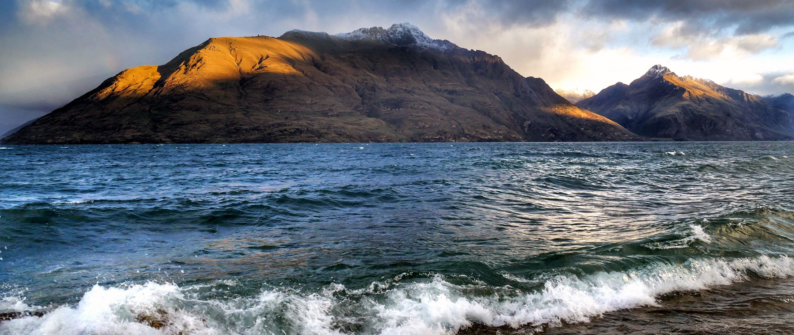 Wallpaper Coast next to mountains