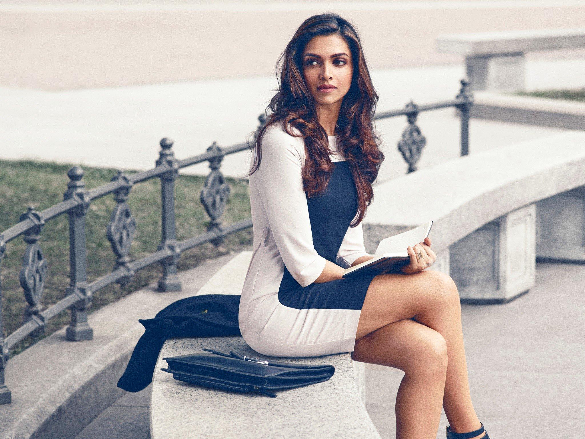 Fondos de pantalla Deepika Padukone en un parque