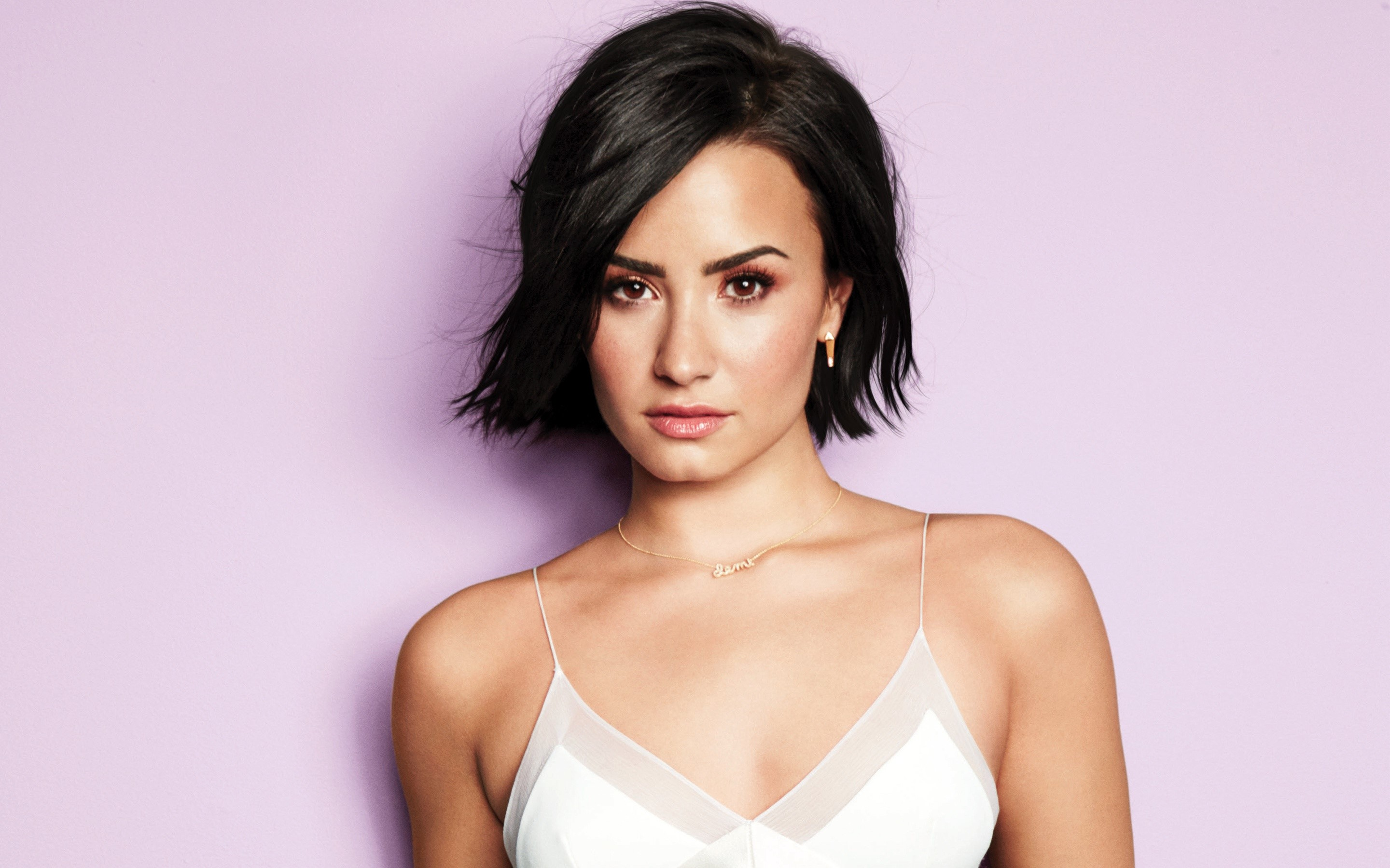 Wallpaper Demi Lovato with short hair