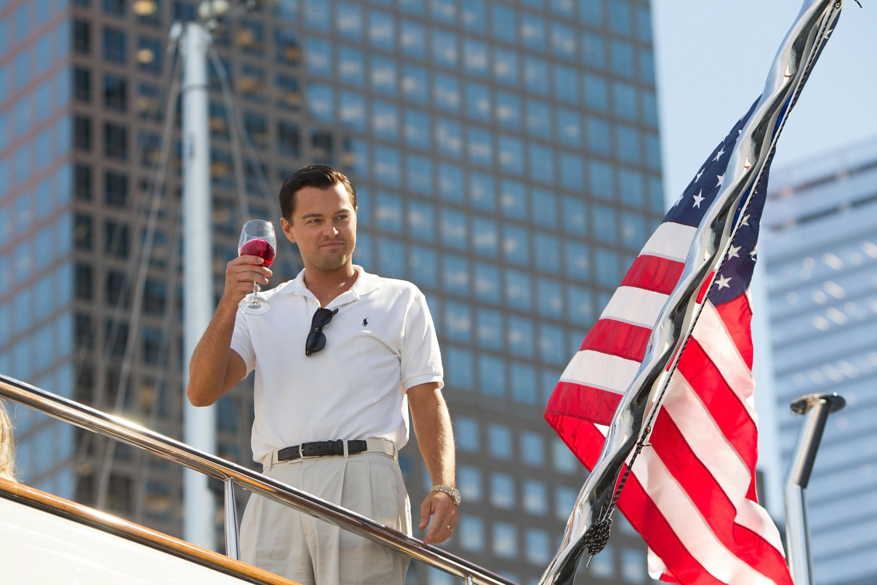 Fondos de pantalla El lobo de Wall Street con una copa de vino