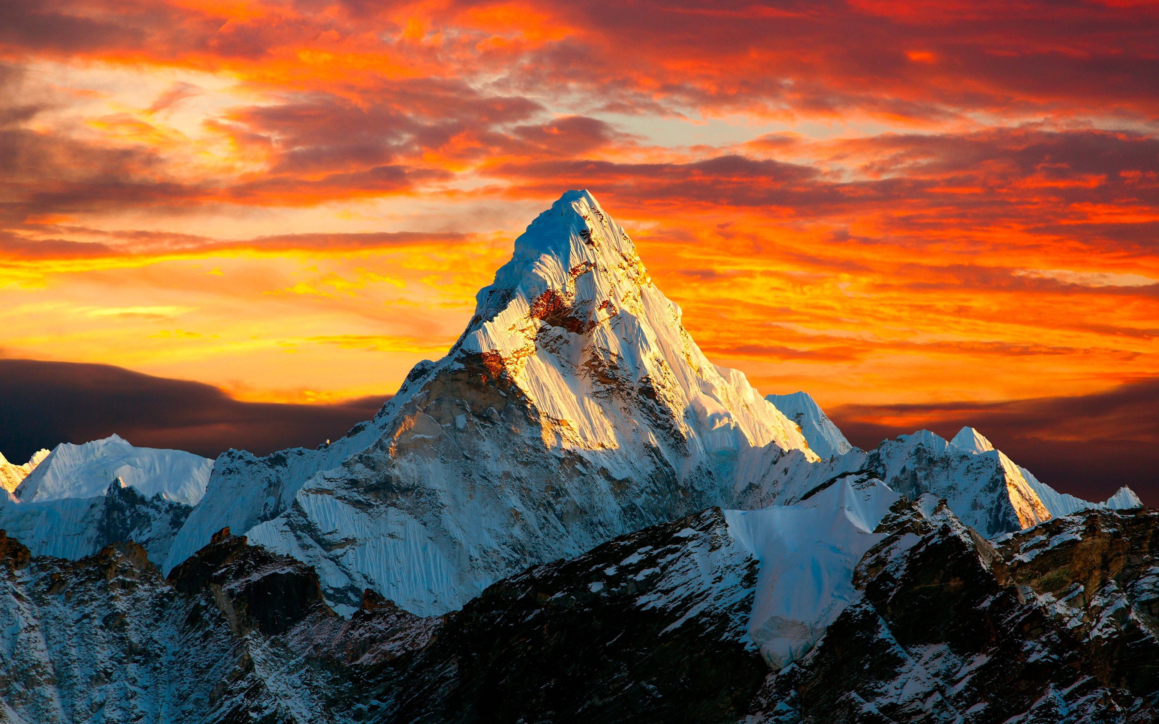 Fondos de pantalla El tope de las montañas del Himalaya al atardecer