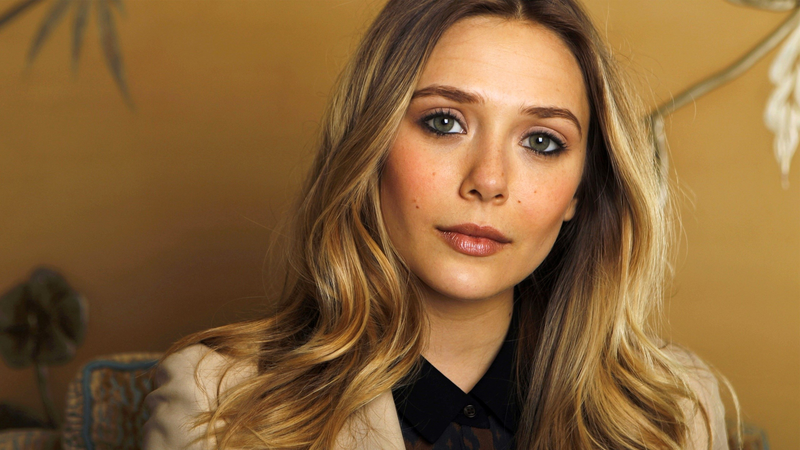 Wallpaper Elizabeth Olsen in a golden room