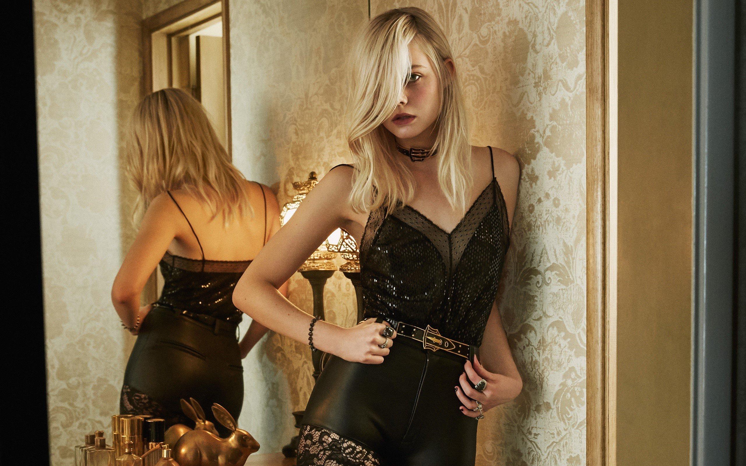 Fondos de pantalla Elle Fanning de espaldas en un espejo