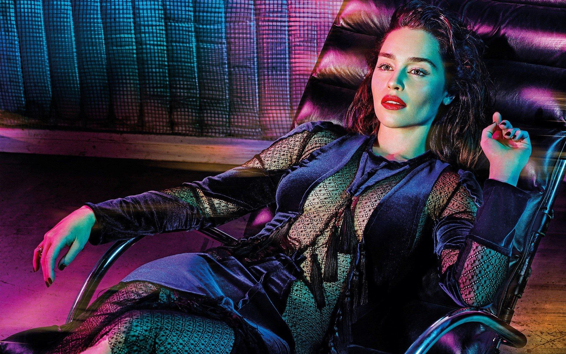 Fondo de pantalla de Emilia Clarke acostada Imágenes