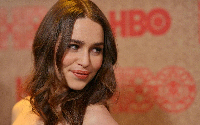Fondo de pantalla de Emilia Clarke en HBO Imágenes