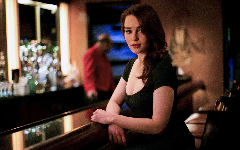 Fondos de pantalla Emilia Clarke en un bar