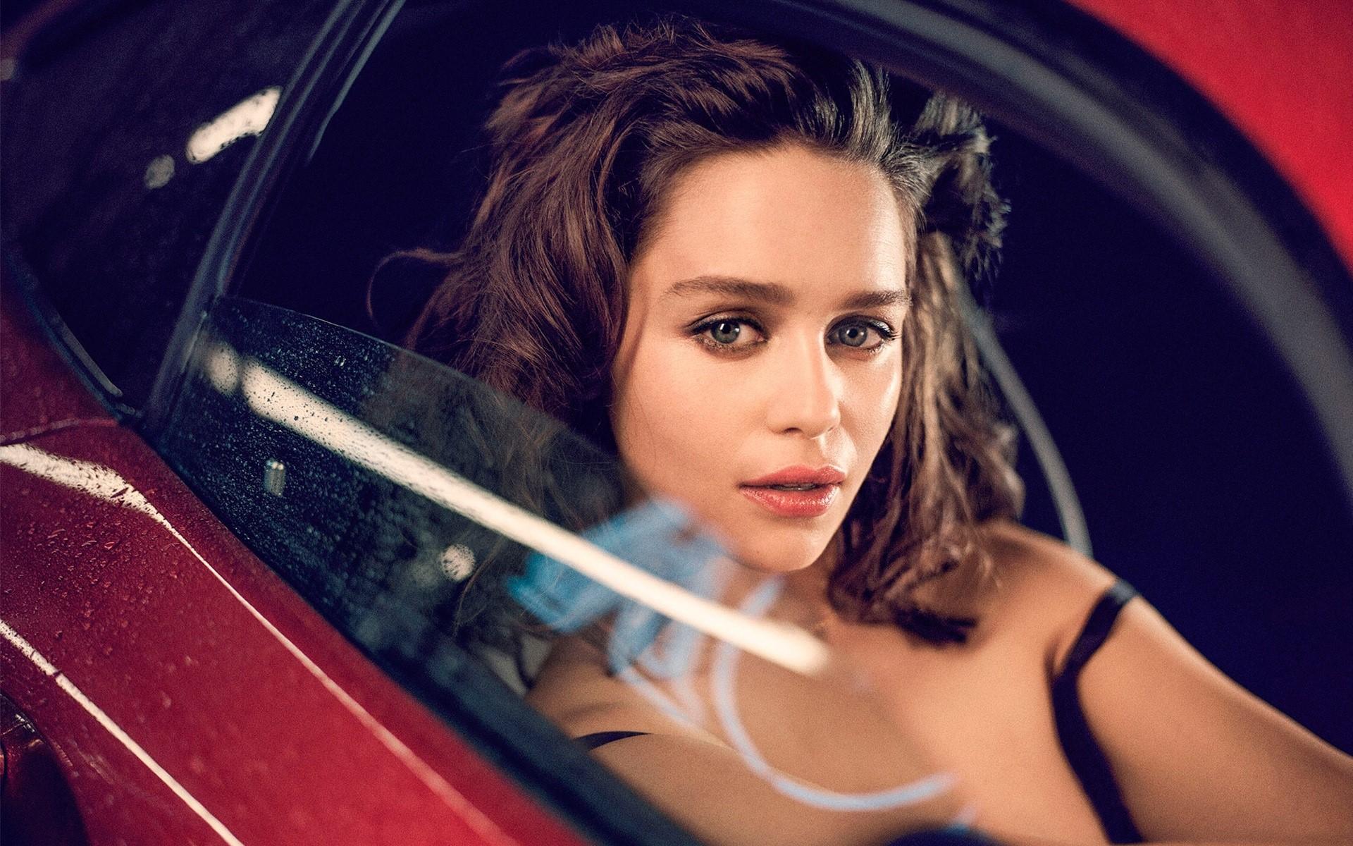 Wallpaper Emilia Clarke in a car