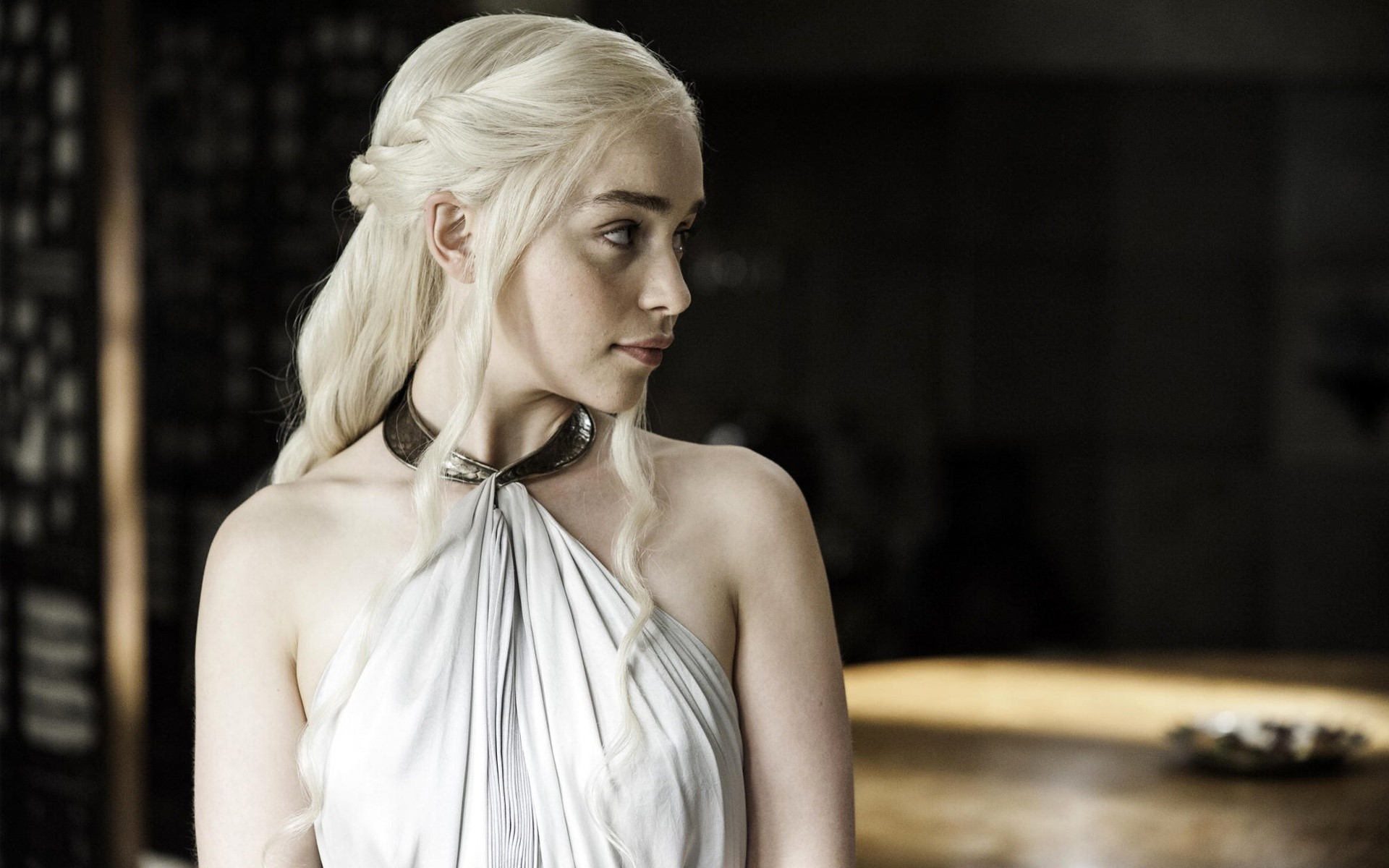 Wallpaper Emilia Clarke looking to the right