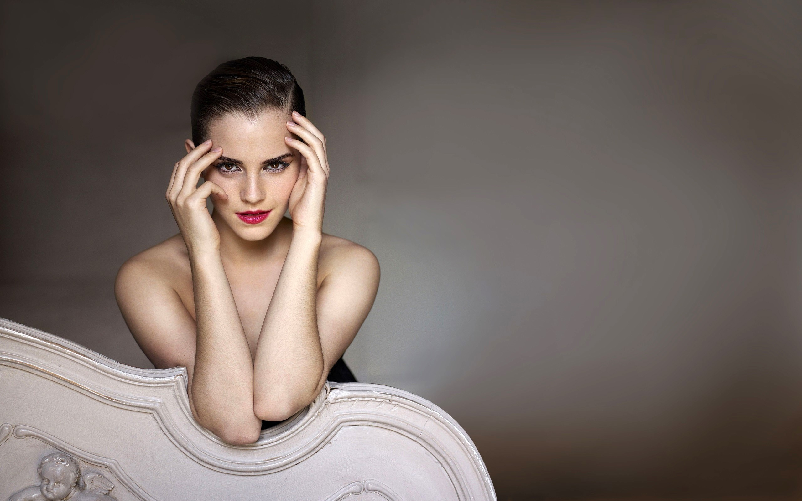 Wallpaper Emma Watson with makeup