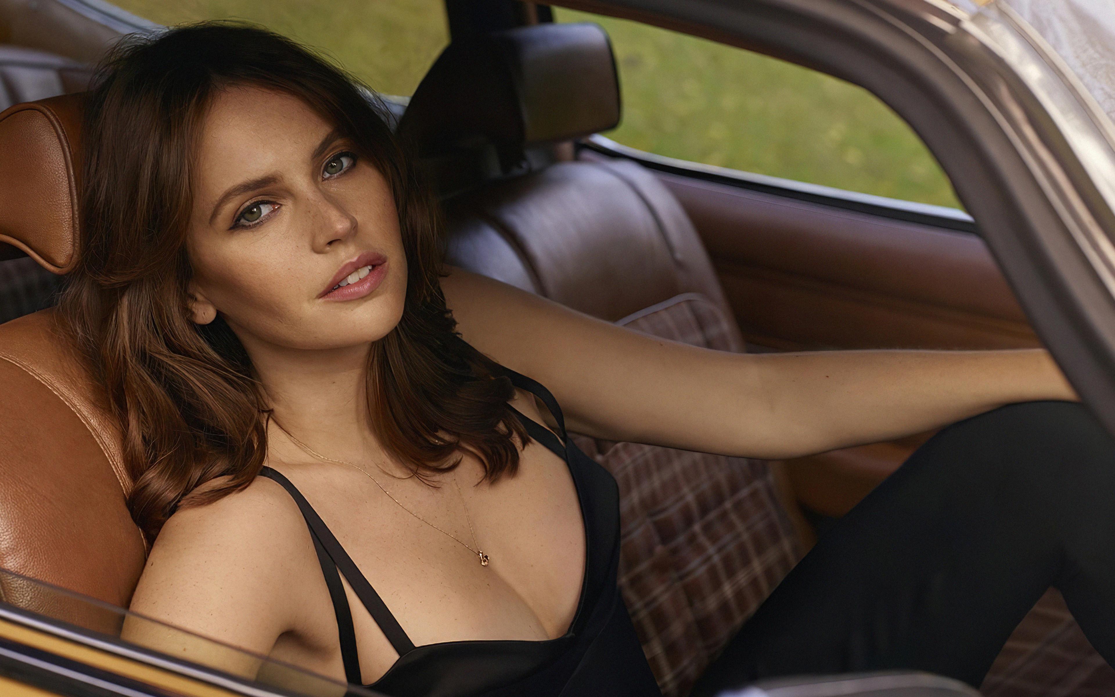 Fondos de pantalla Felicity Jones en un carro