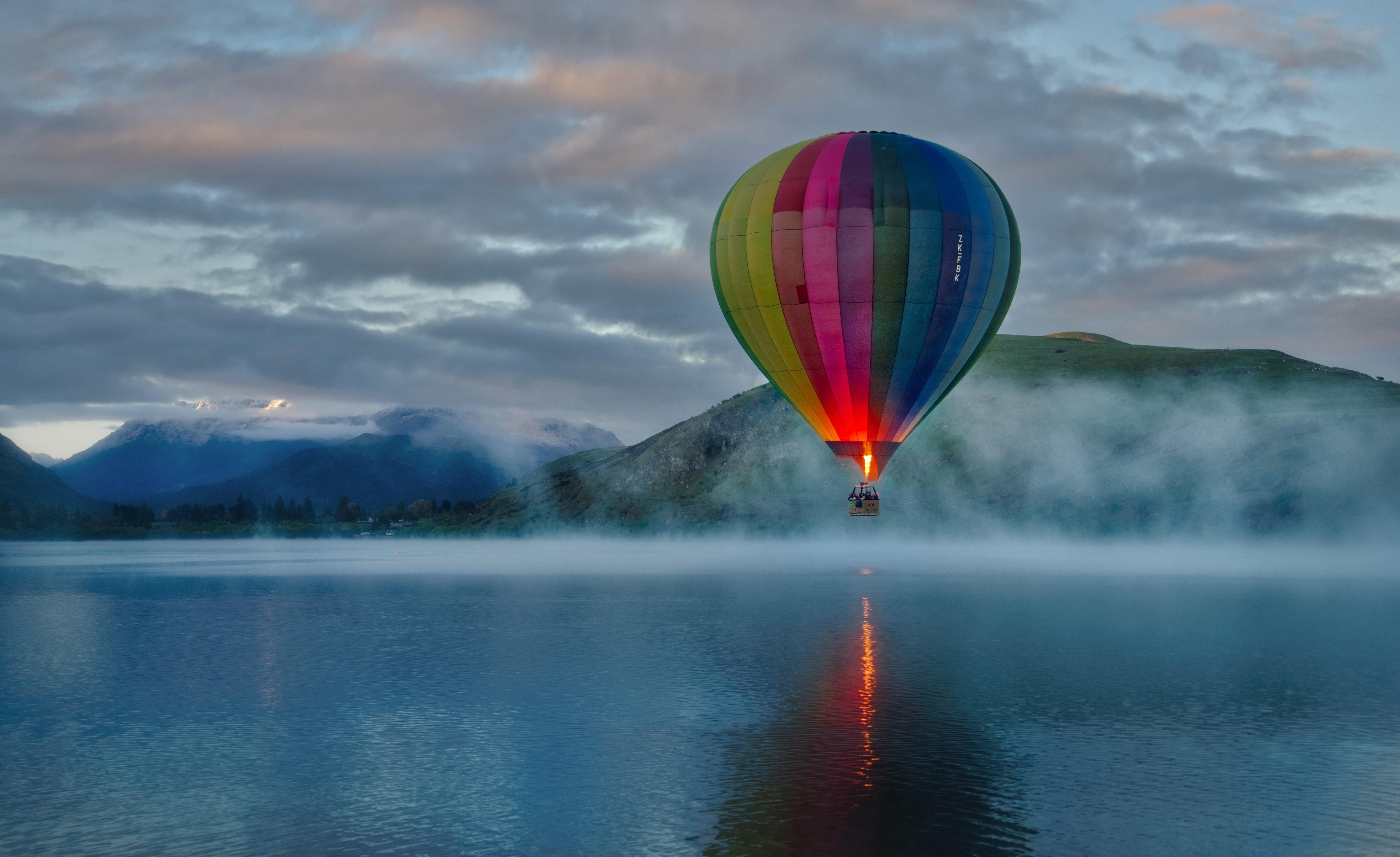 Fondos de pantalla Globo aerostático en lago con montañas