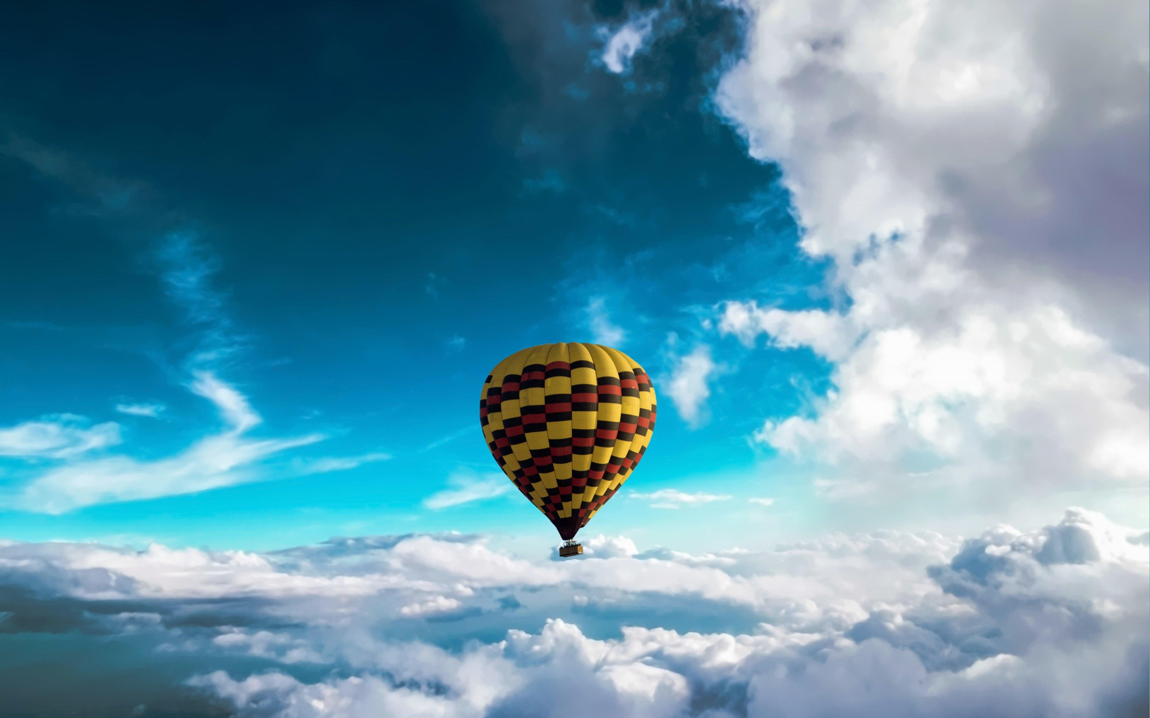 Fondos de pantalla Globo aerostático sobre las nubes