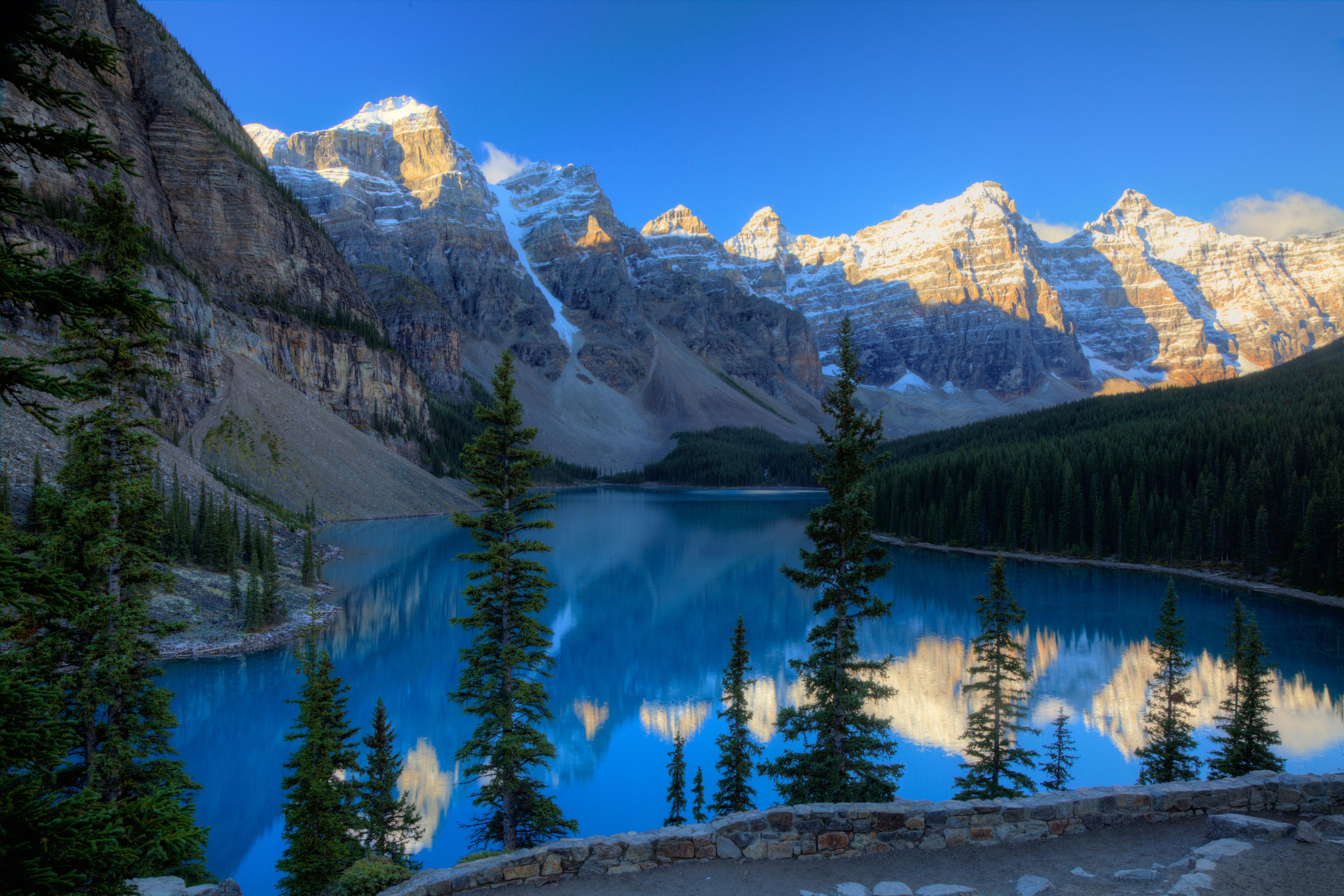 Fondos de pantalla Grandes montañas en el bosque Lago Moraine