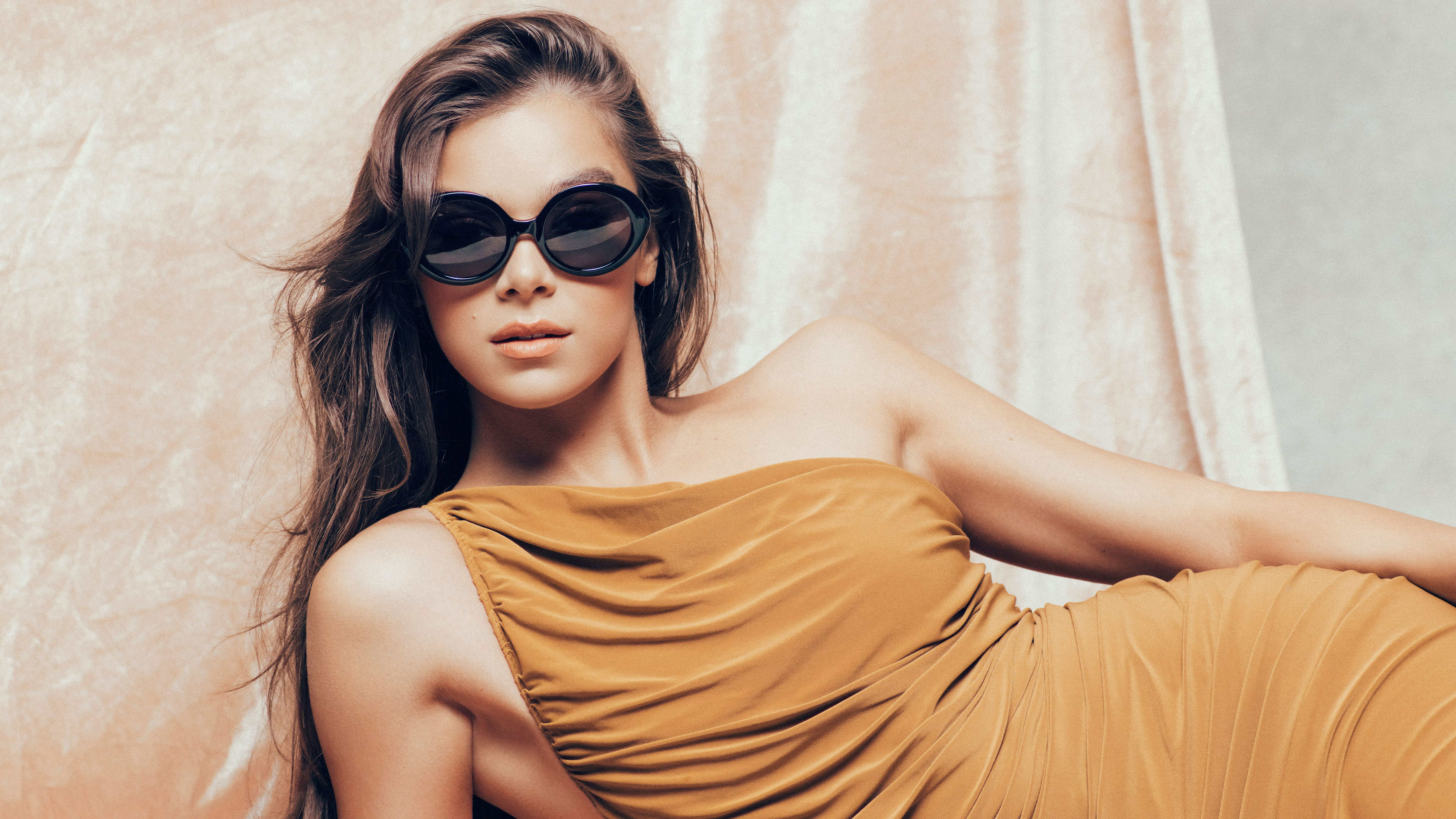 Wallpaper Hailee Steinfeld with sunglasses