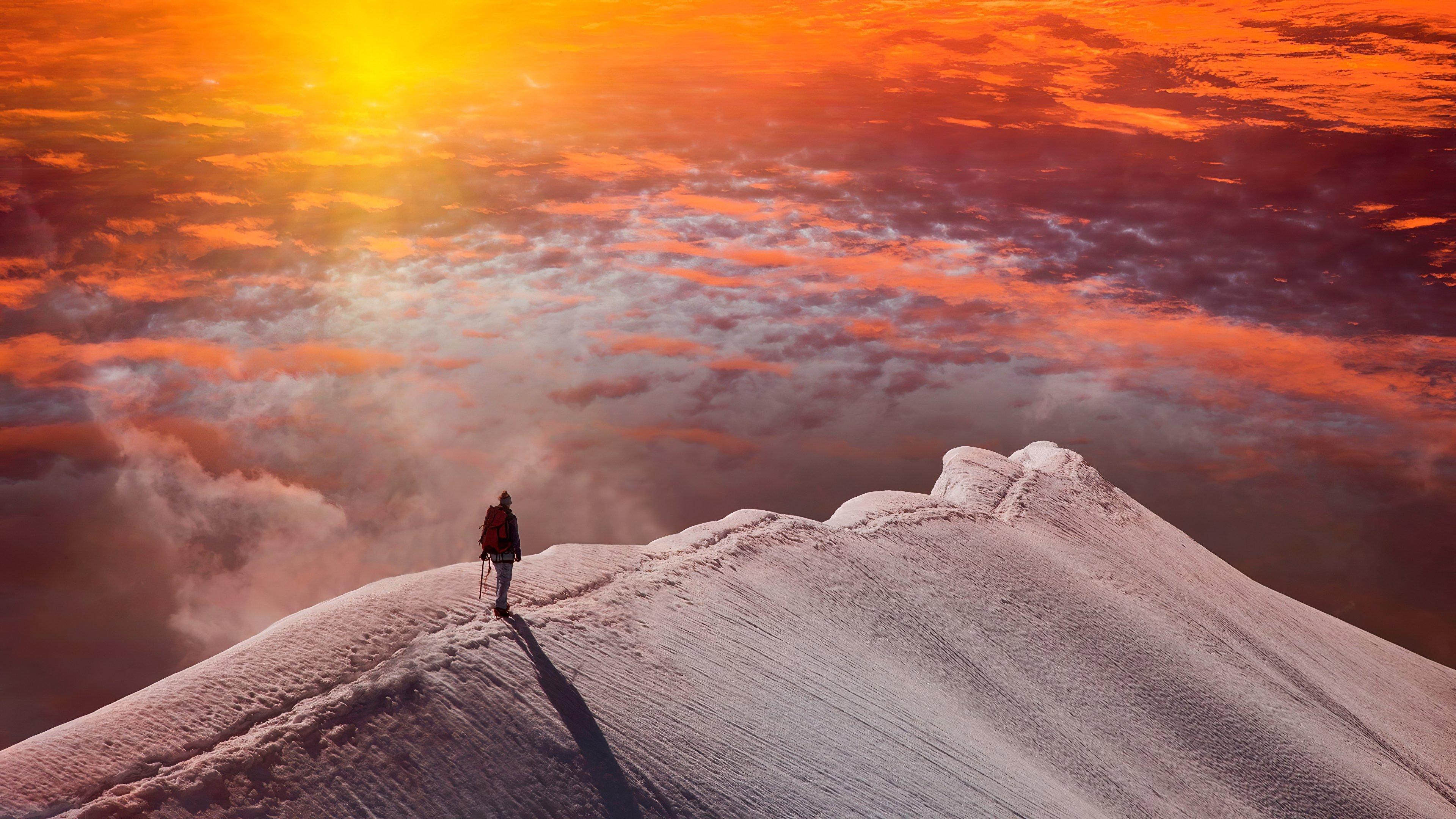 Fondos de pantalla Hombre en la cima de una montaña