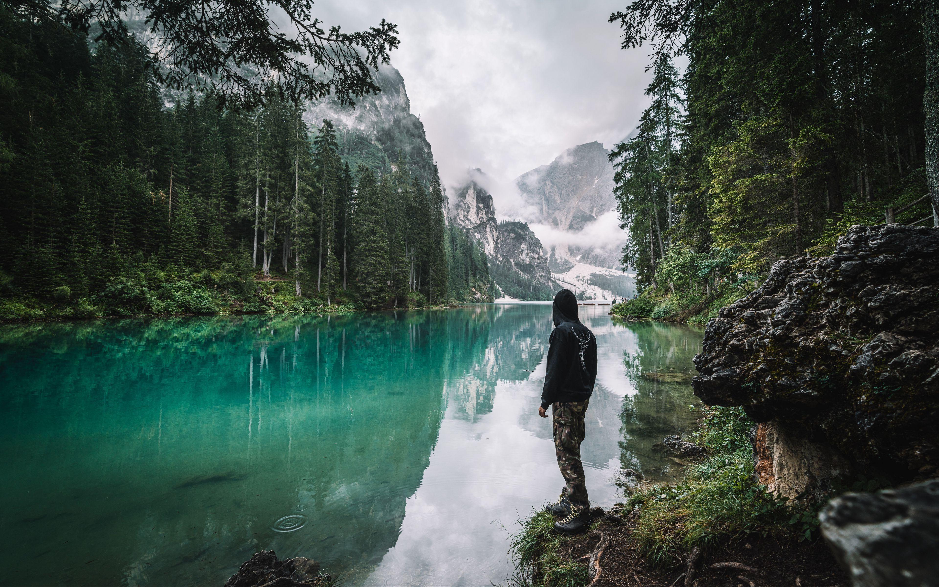 Fondos de pantalla Hombre frente a lago en el bosque