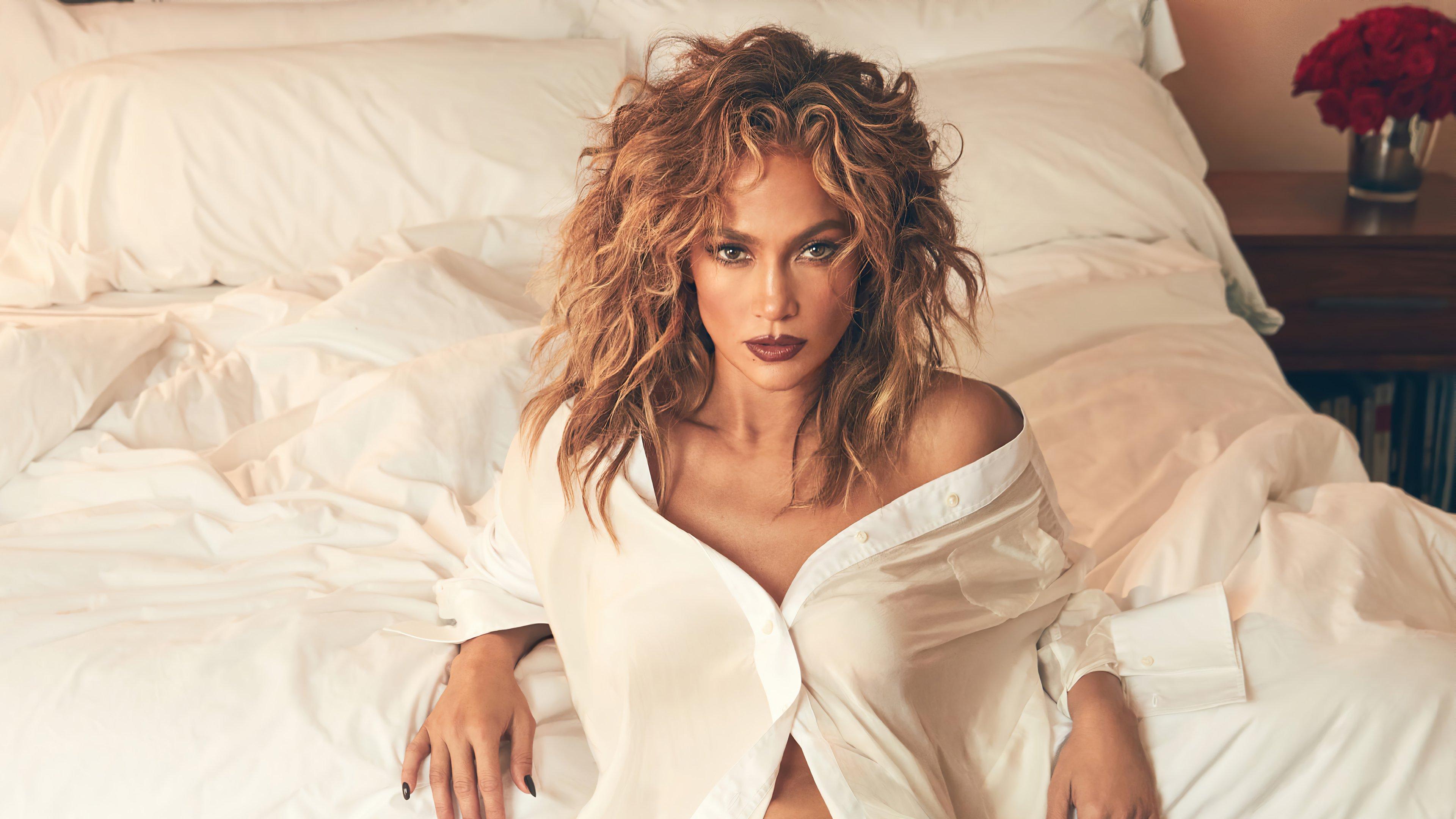 Wallpaper Jennifer Lopez in bed