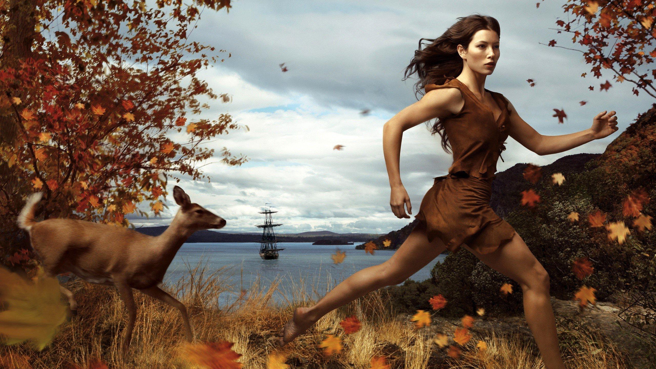 Fondos de pantalla Jessica Biel corriendo en el bosque