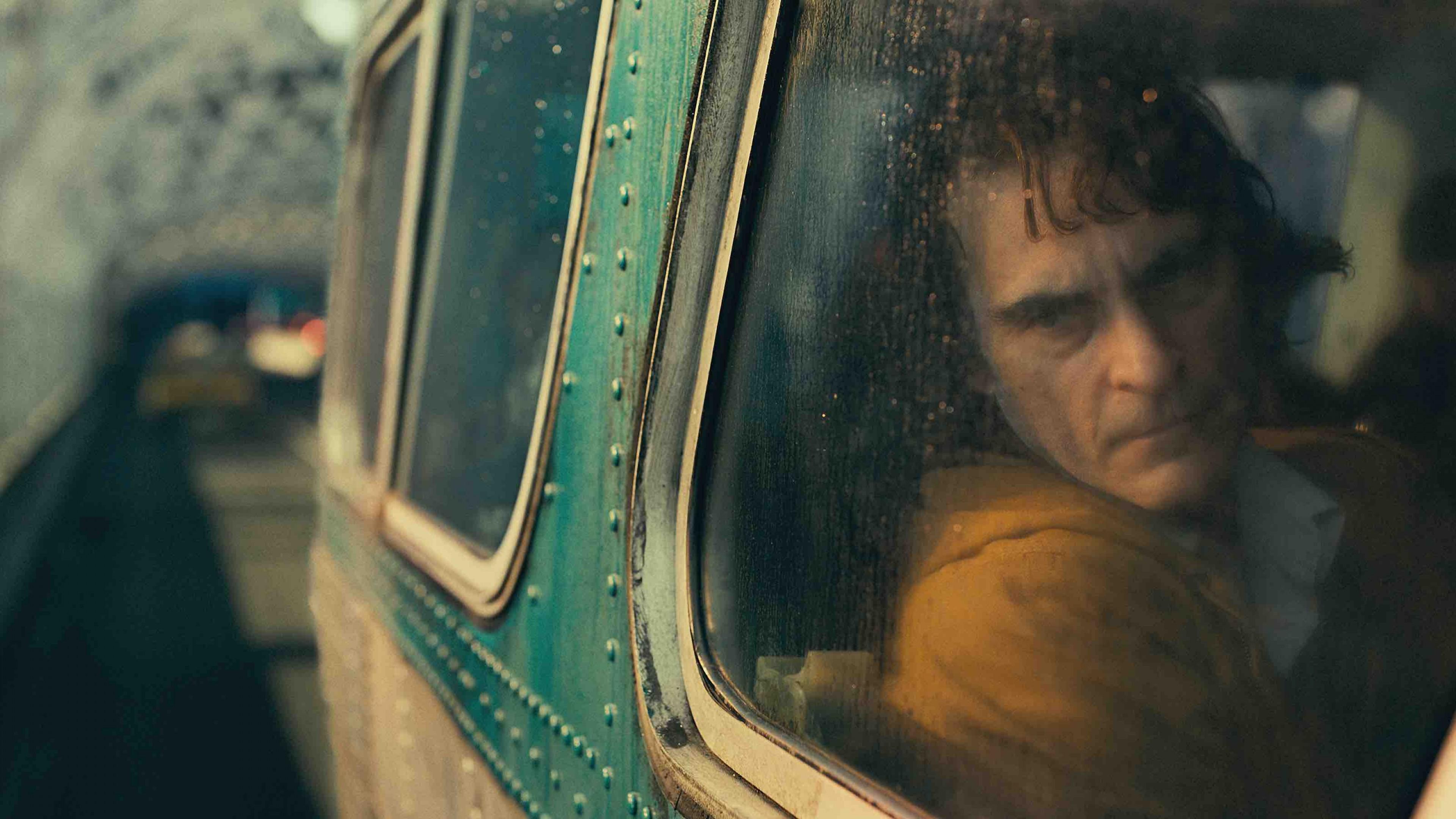 Fondos de pantalla Joaquín Phoenix en tren en Guasón