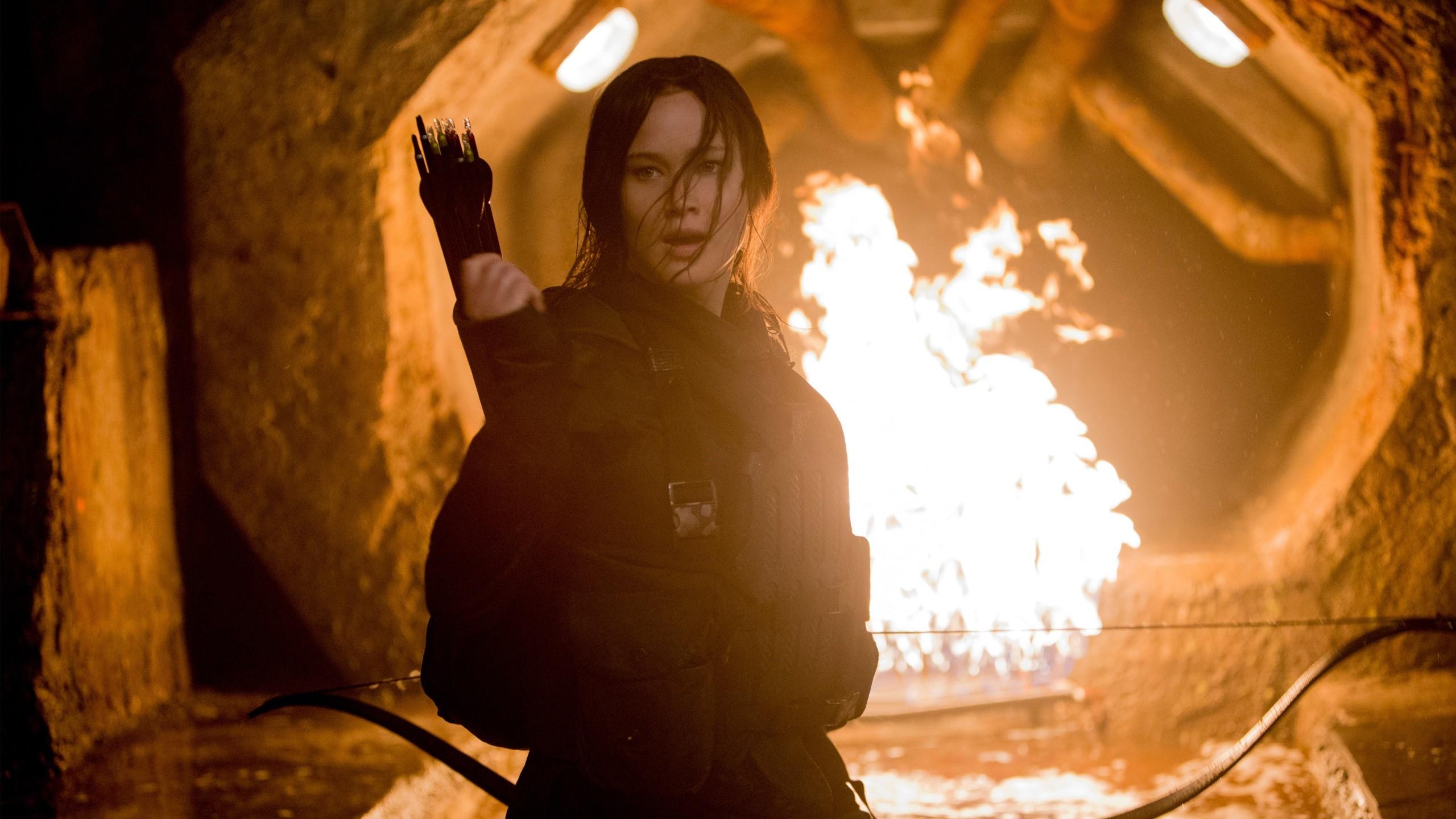Wallpaper Katniss throwing an arrow