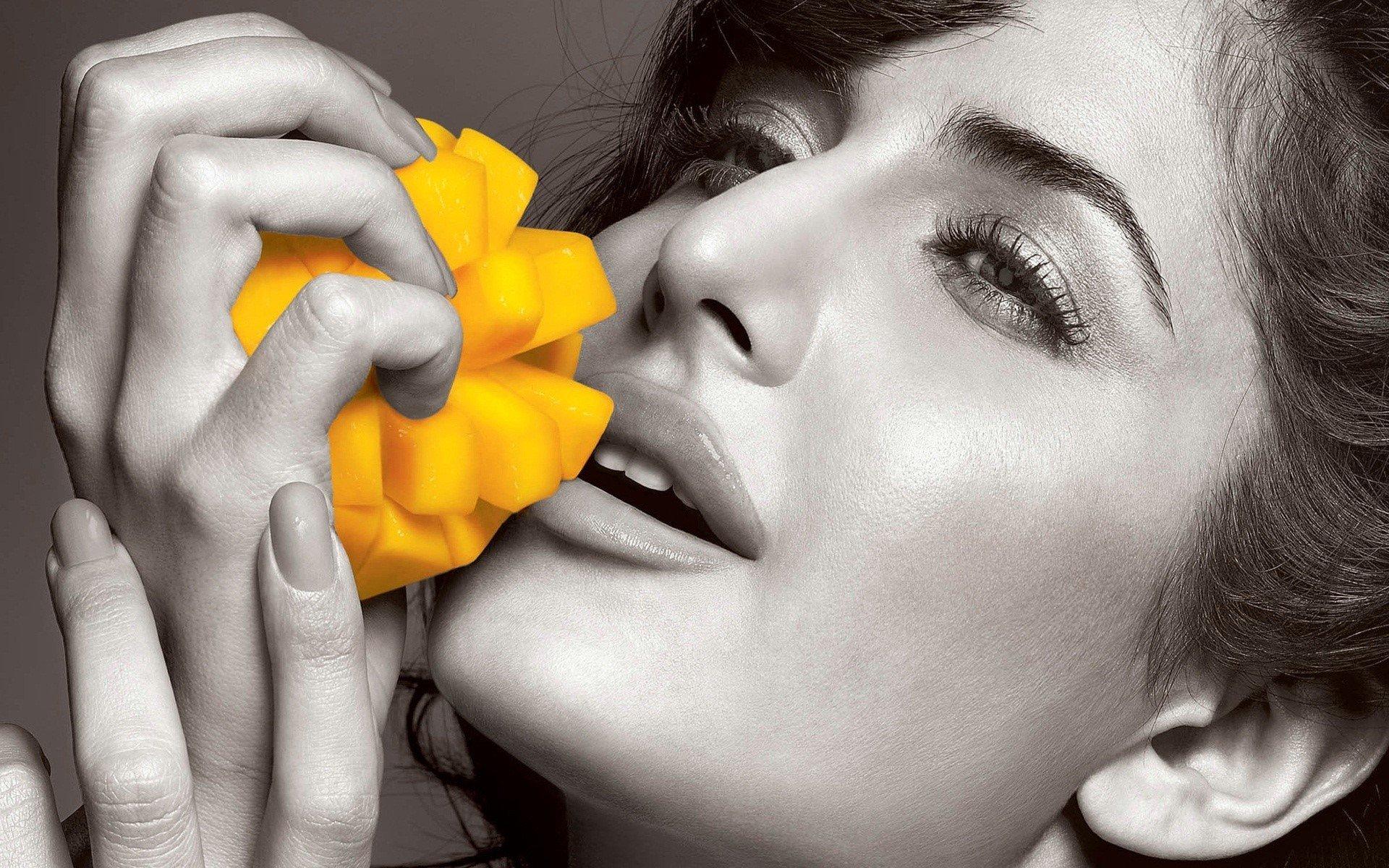 Fondos de pantalla Katrina Kaif con una flor