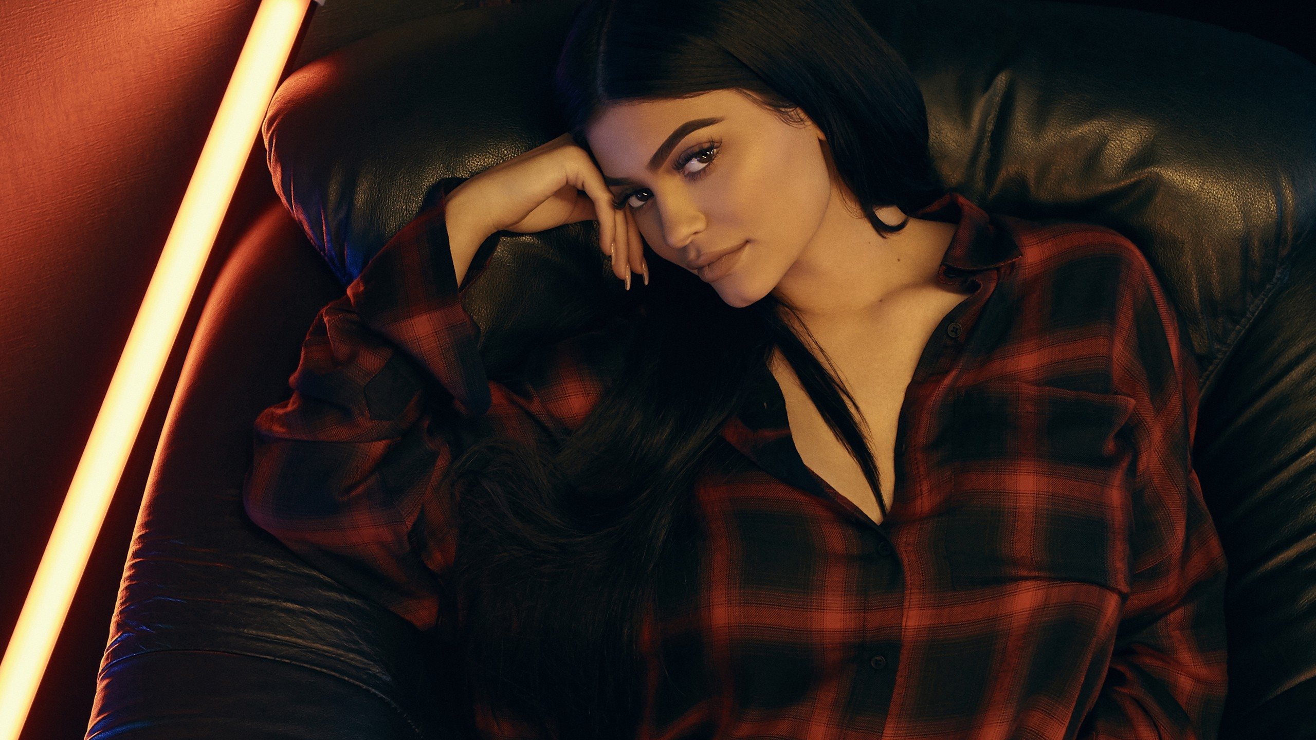Wallpaper Kylie Jenner laying on a couch