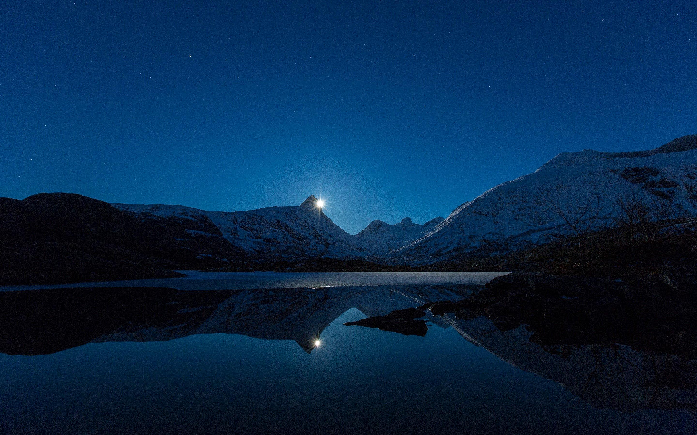 Fondos de pantalla La luna  detrás de una montaña