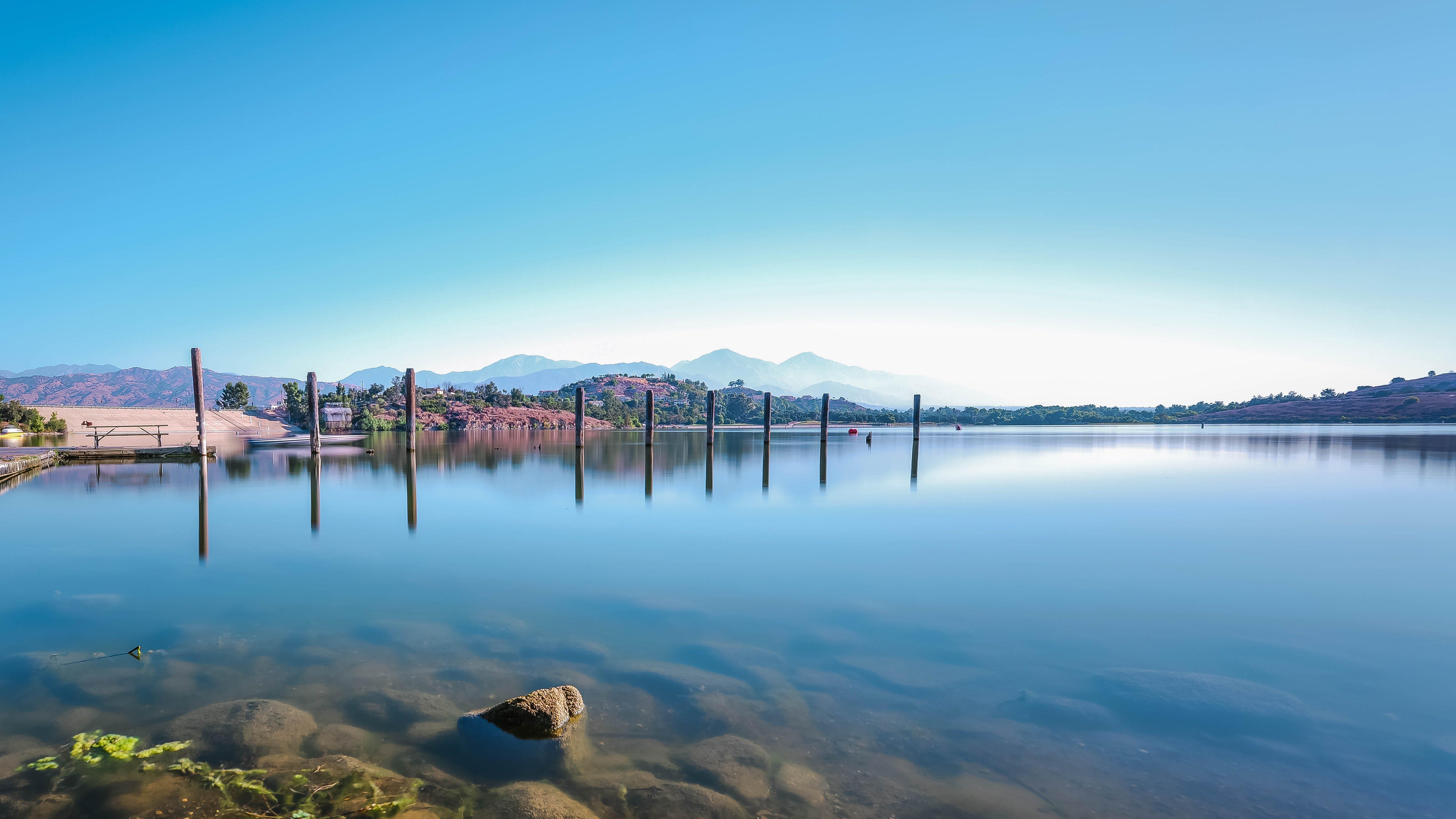 Fondos de pantalla Lago con montañas distantes